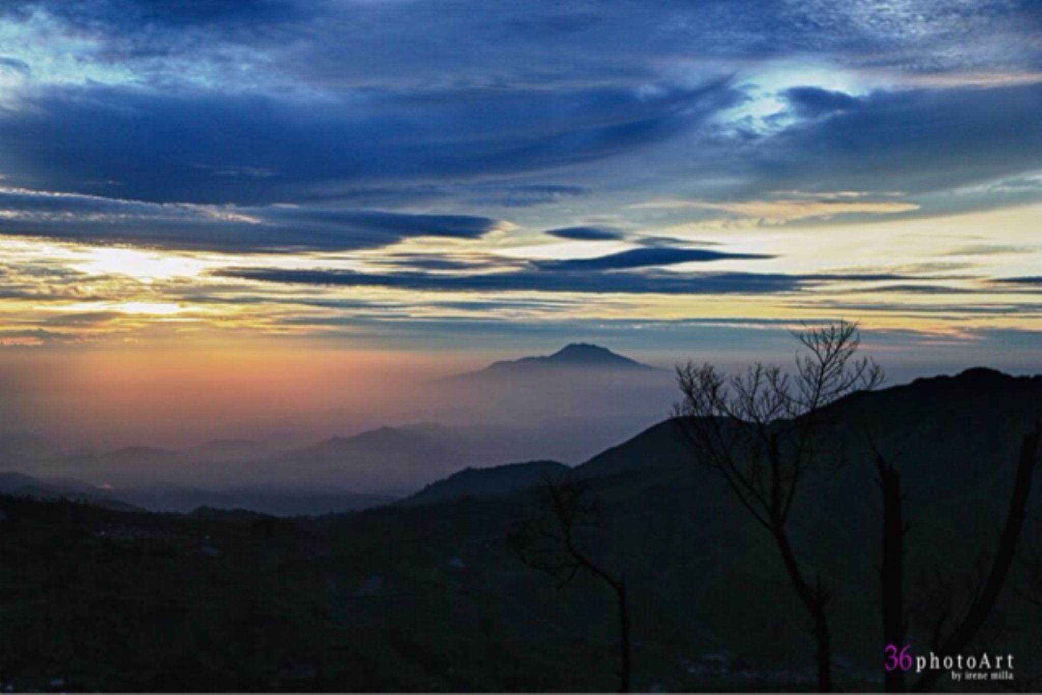 Sunrise from Sikunir by MillaMingMonk