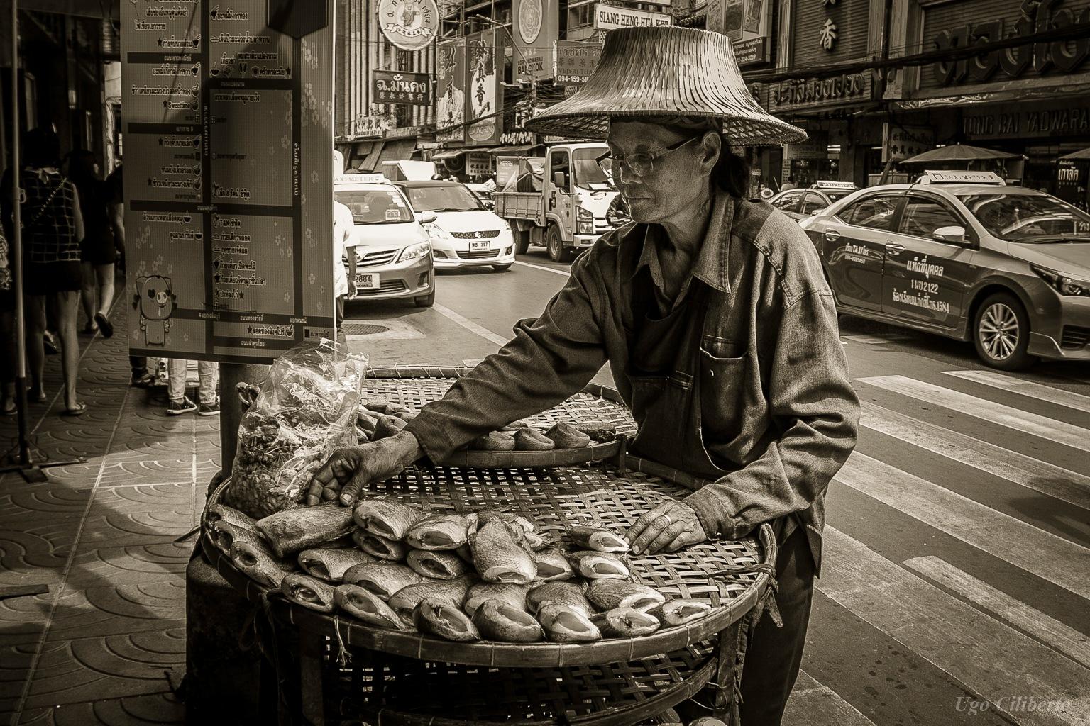 Bangkok - Chinatown - Venditrice di pesce by ugo
