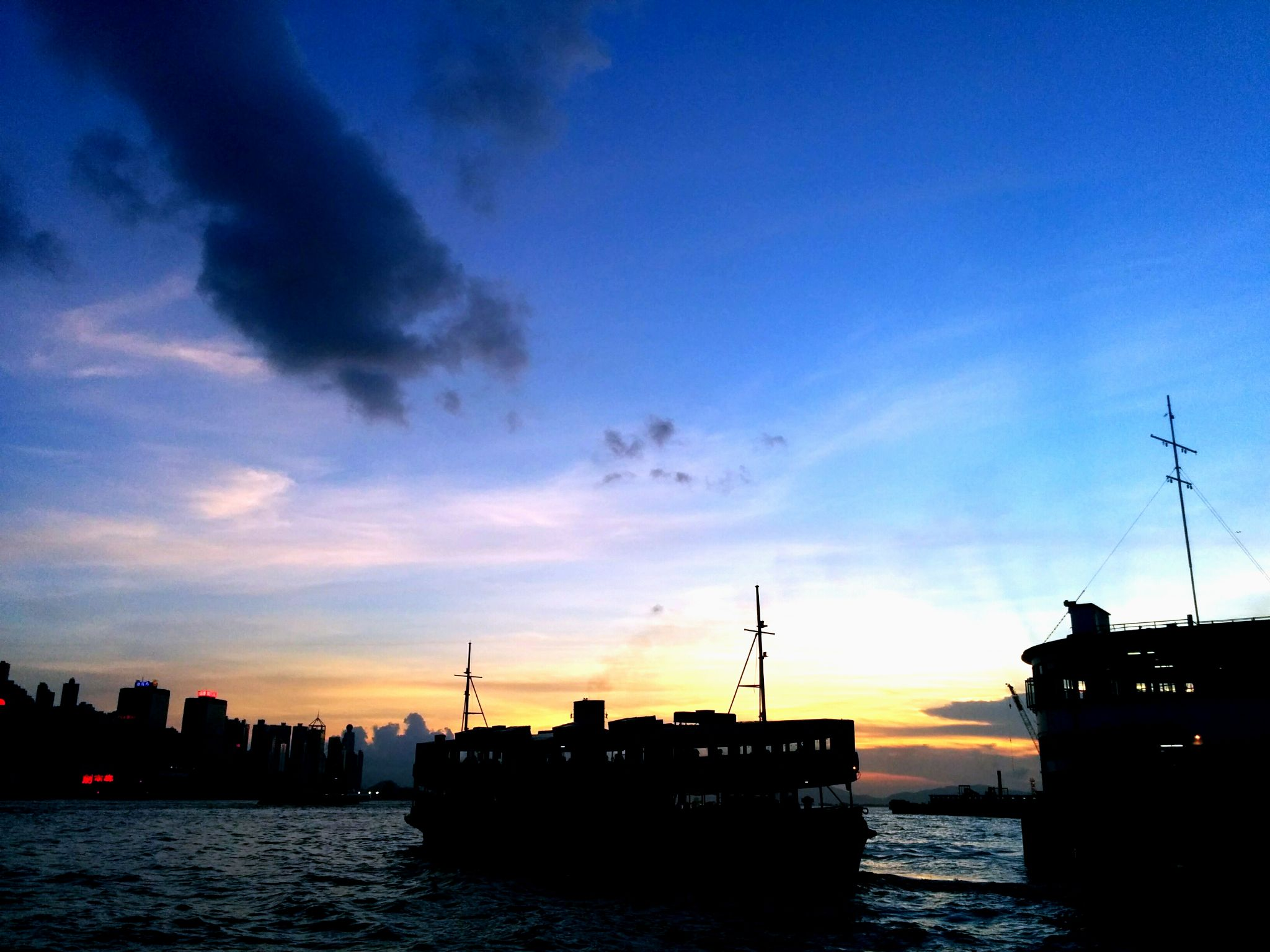 Victoria Harbour Sunset 2 by leocary