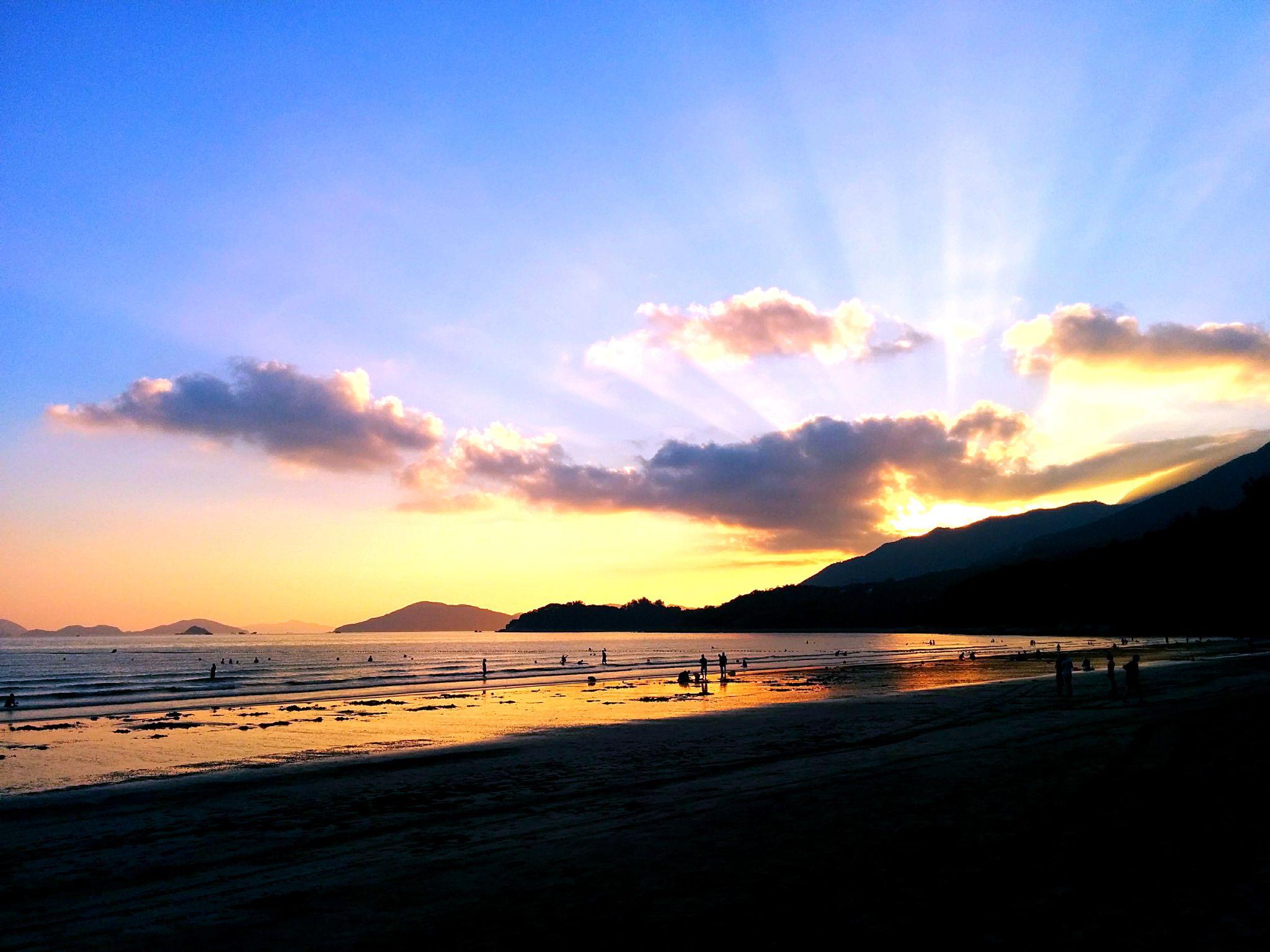 Pui O Beach in Hong Kong by leocary
