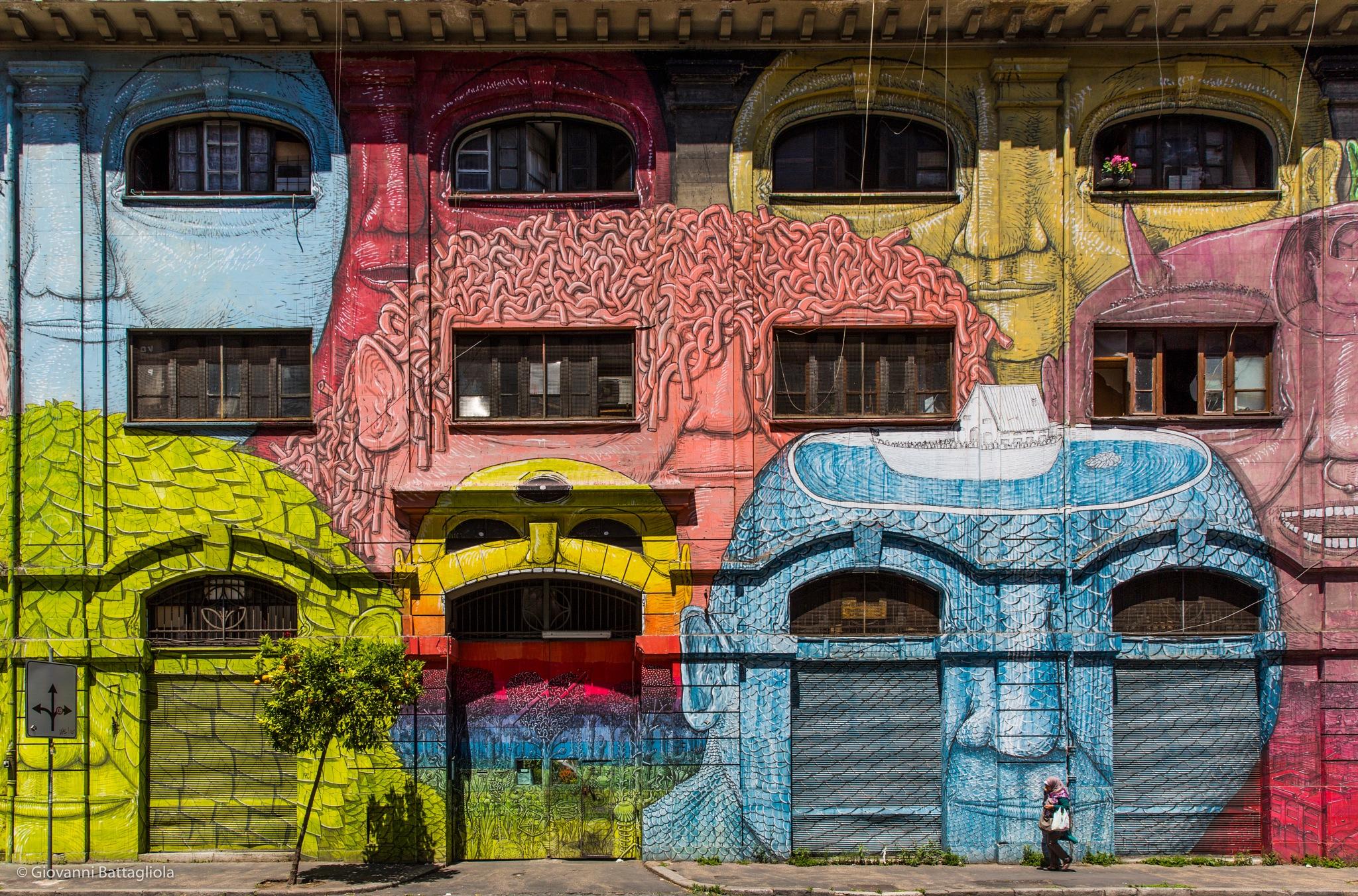 Walking in the city by Giovanni Battagliola