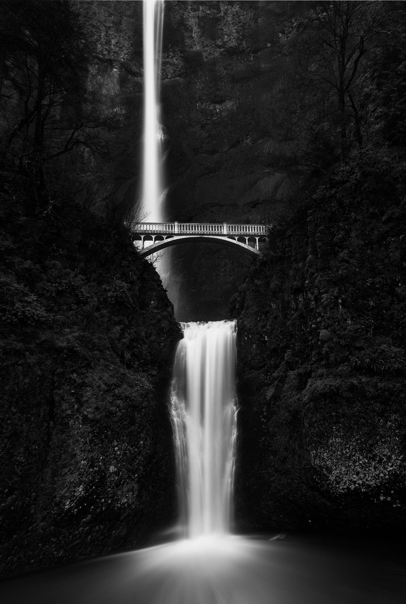 Multnomah Falls, Oregon by Robert Schmalle