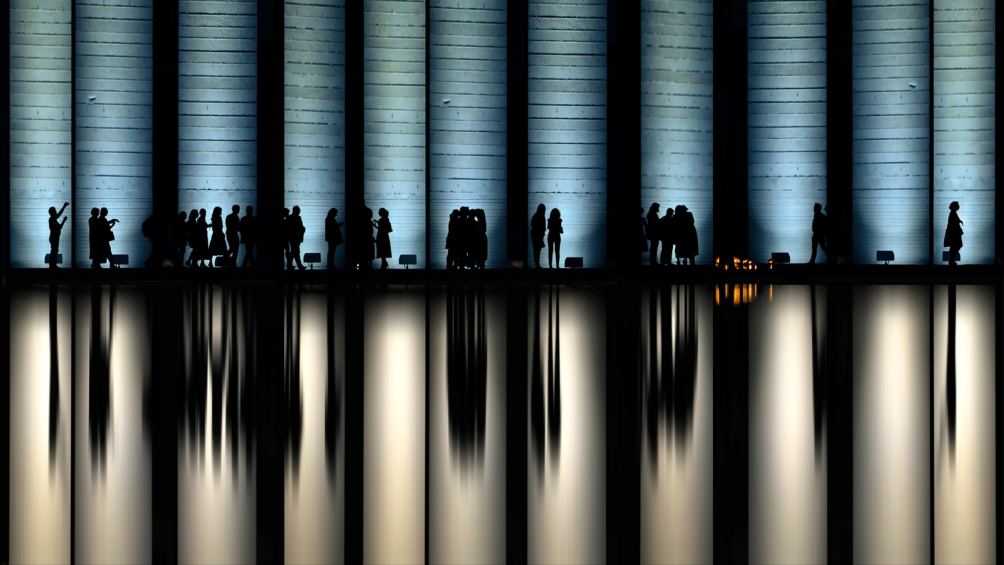 People in the reflection of the night by Roberto Macrì