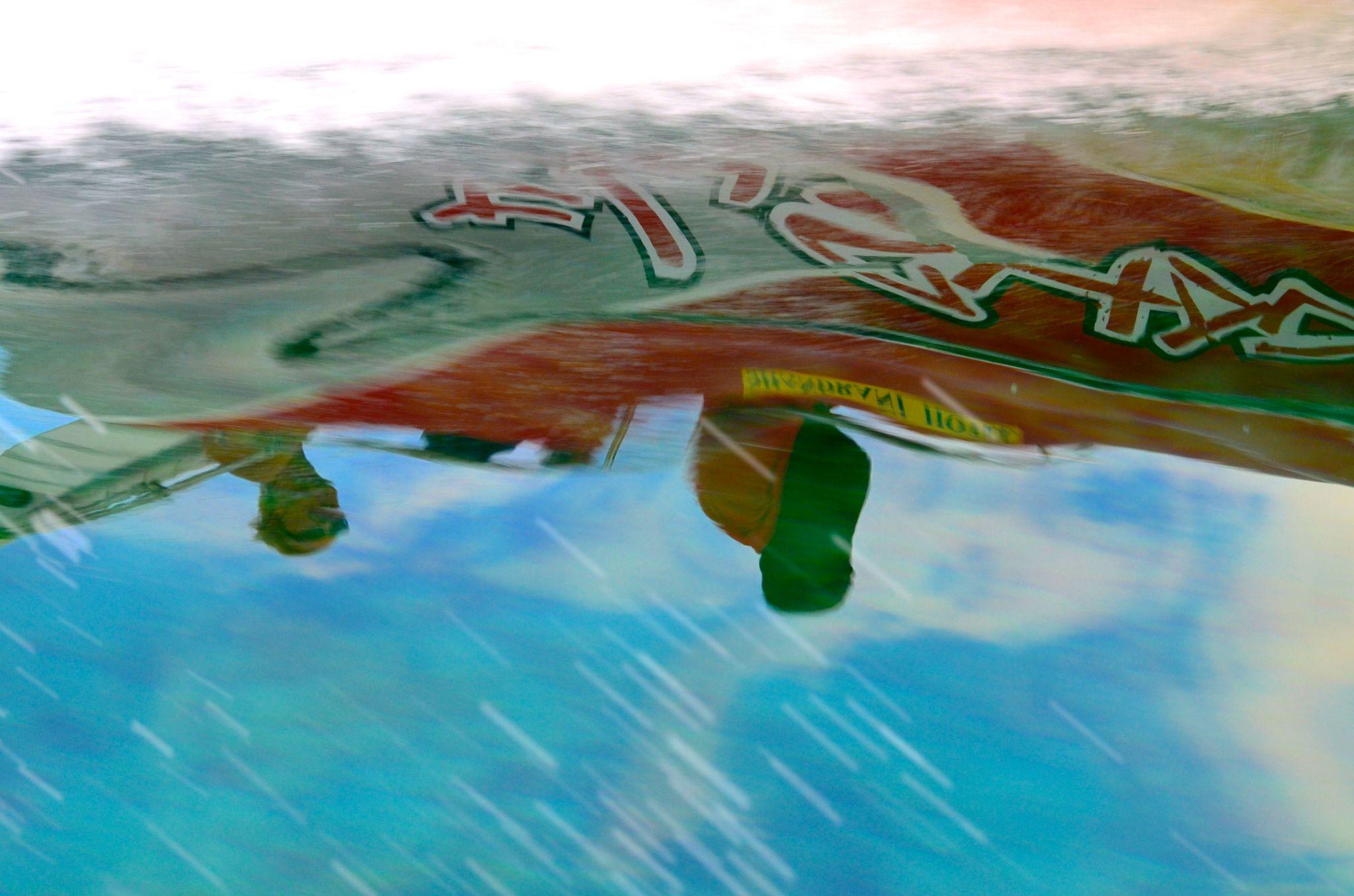 Barca che si specchia nel mare by Giovanni Frenda