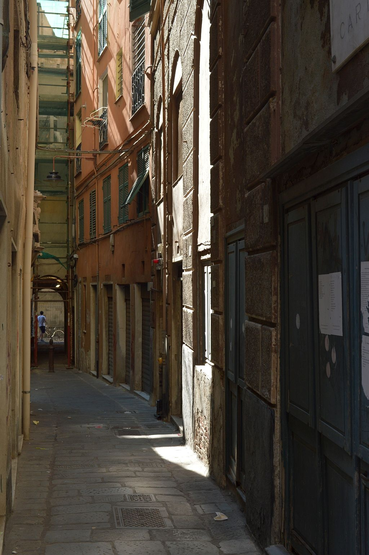 Dark alley by Eliane Muskus