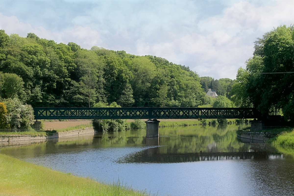 old railway bridge  over the canal by Rob Helliker