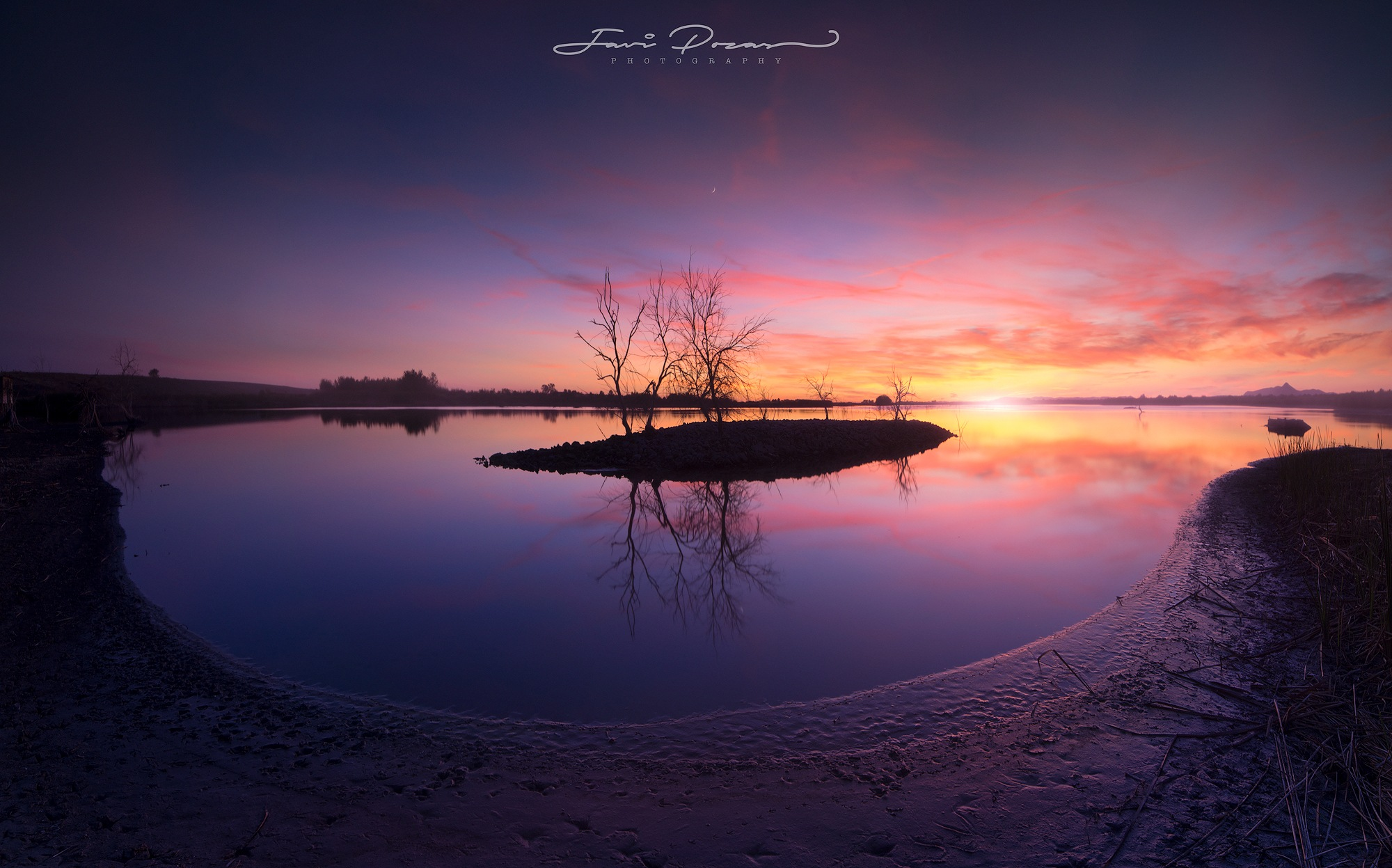 Pink sunset at the lake by Javi Pozas