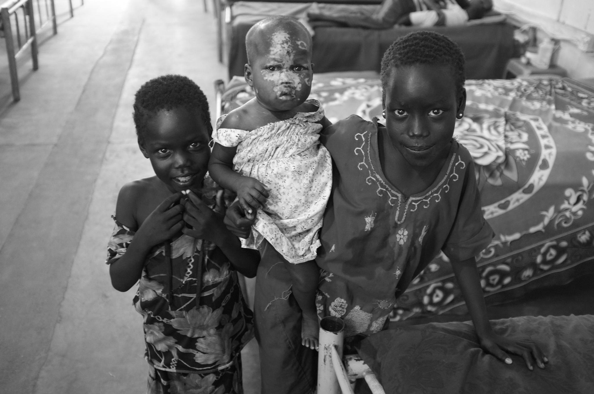 """"""" Trois jeunes enfants, frères et soeurs, tous trois atteints par le virus du sida """" by Bruno Del Negro"""