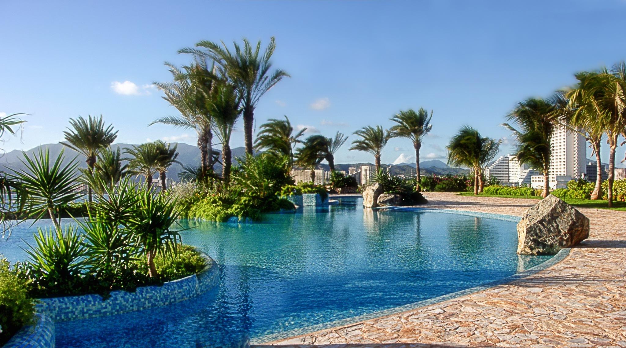 La piscina - Poolside by Juan Manuel