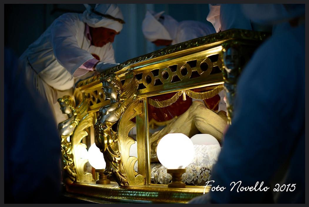 Gesu' morto nella bara di vetro. by Sigismondo
