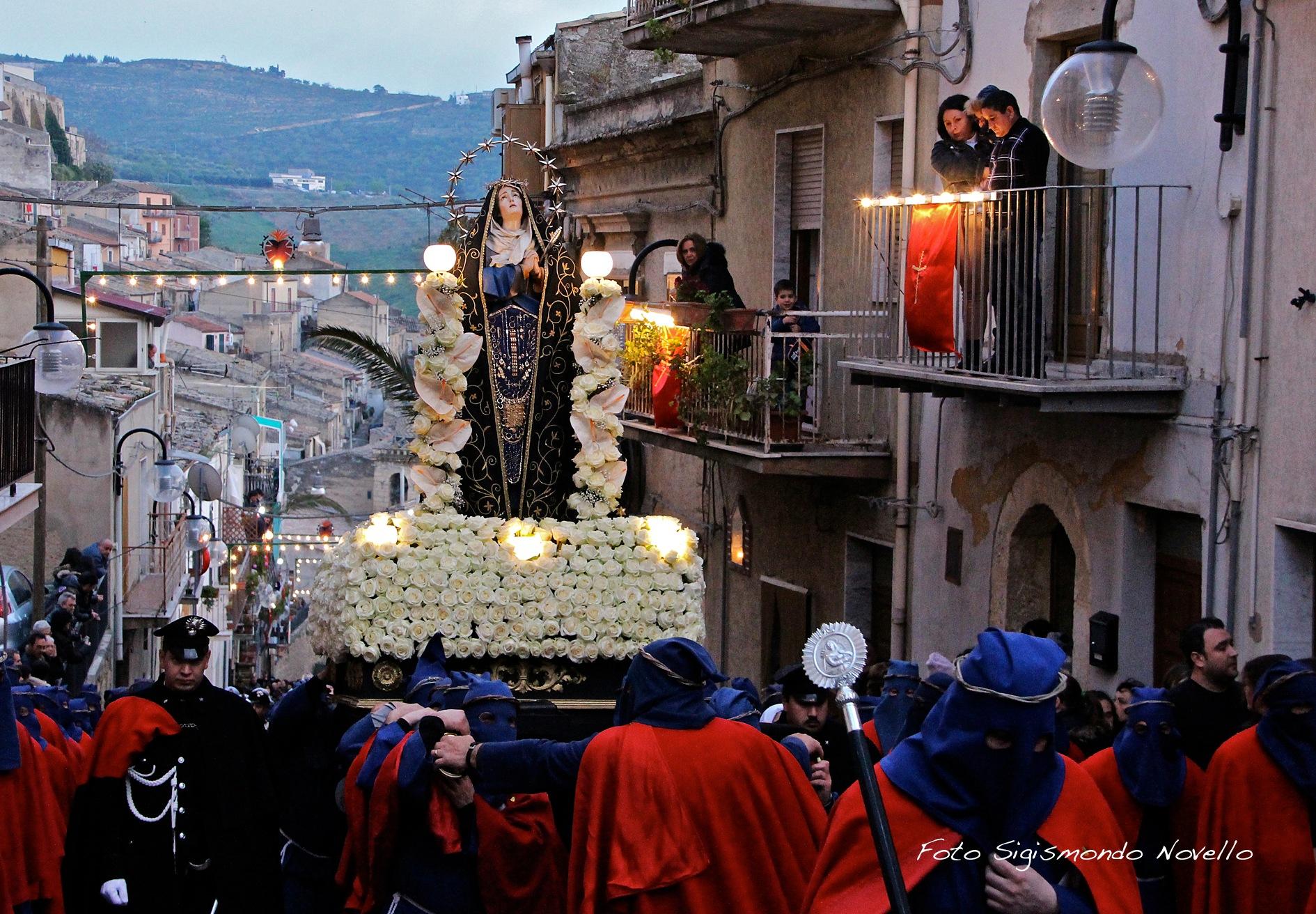 Processione religiosa Dell' Addolorata. by Sigismondo