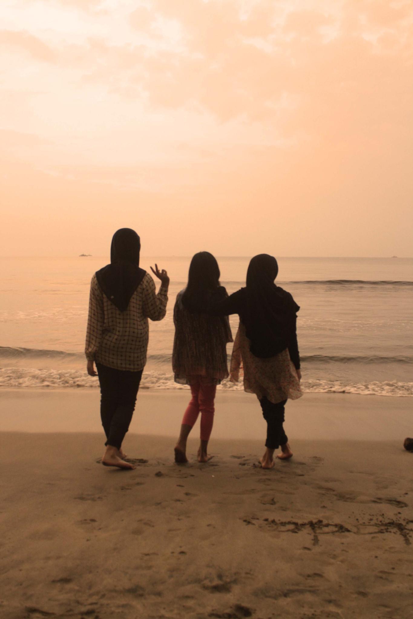 enjoying the sunset on the beach by Zetiawan Aginc
