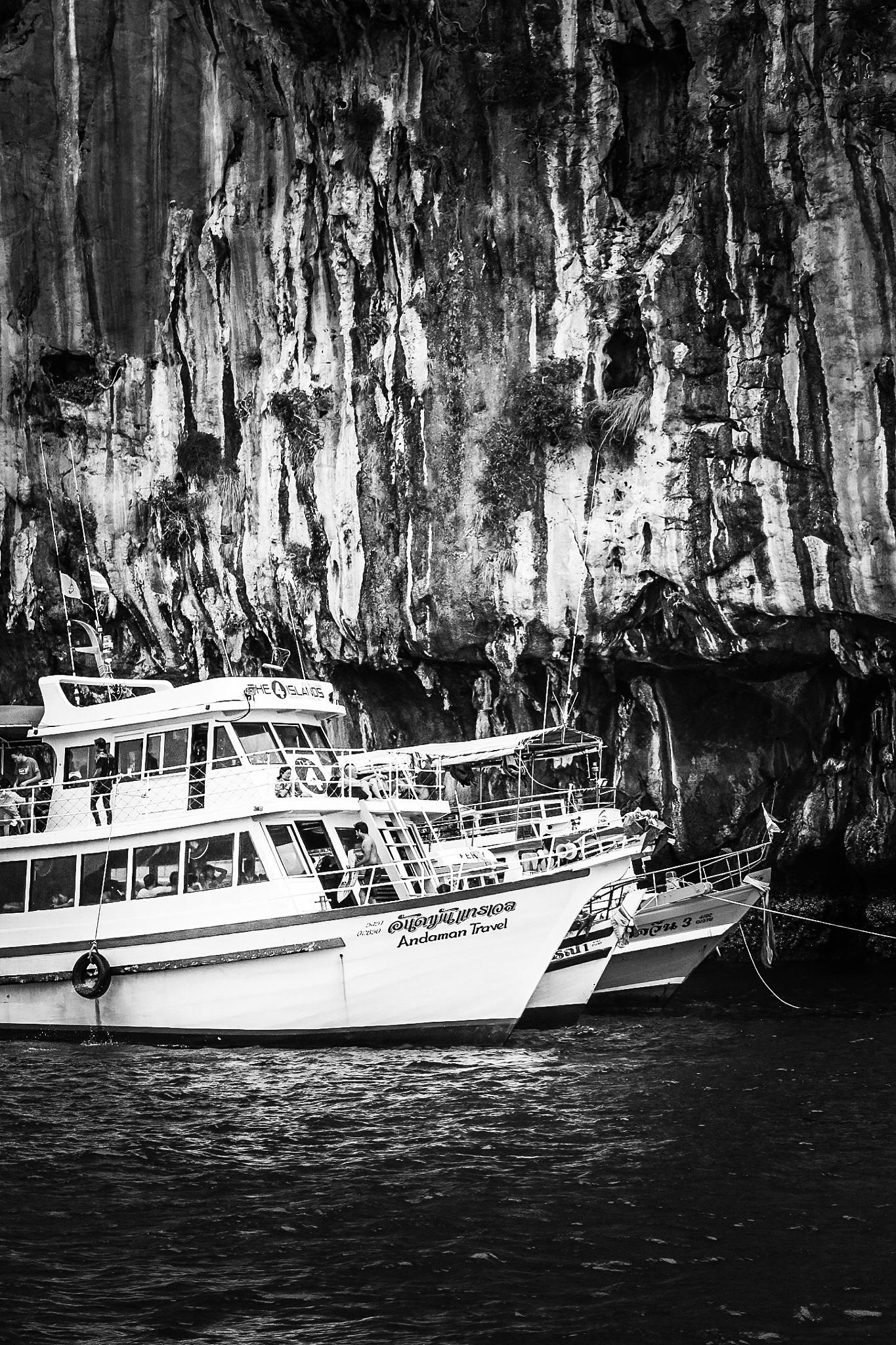 Boat transfer  by Larry Von Zemmrich