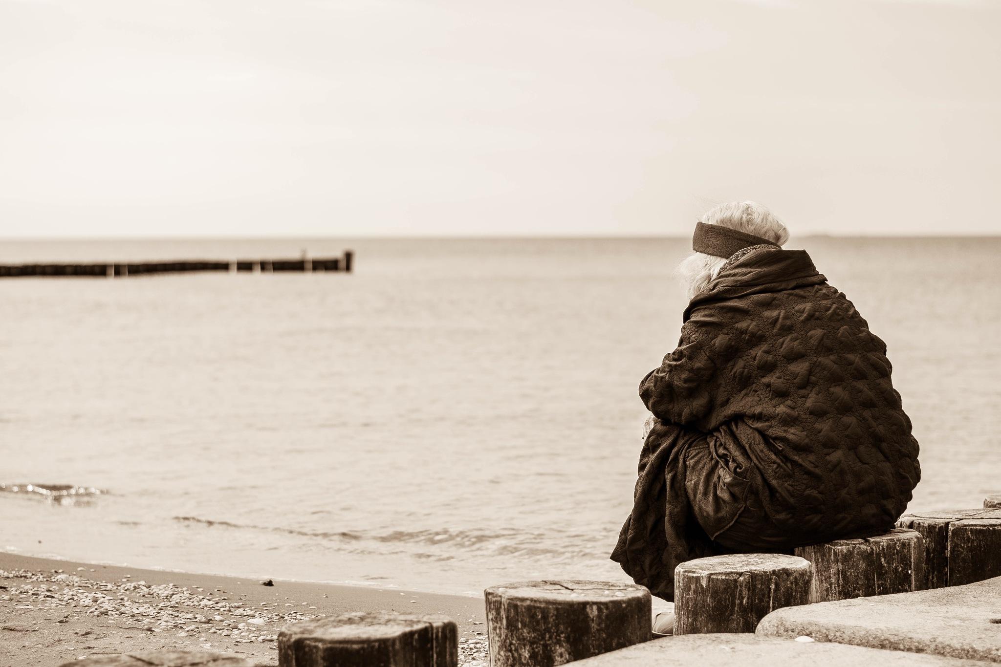 Alte Frau und das Meer by Jane79