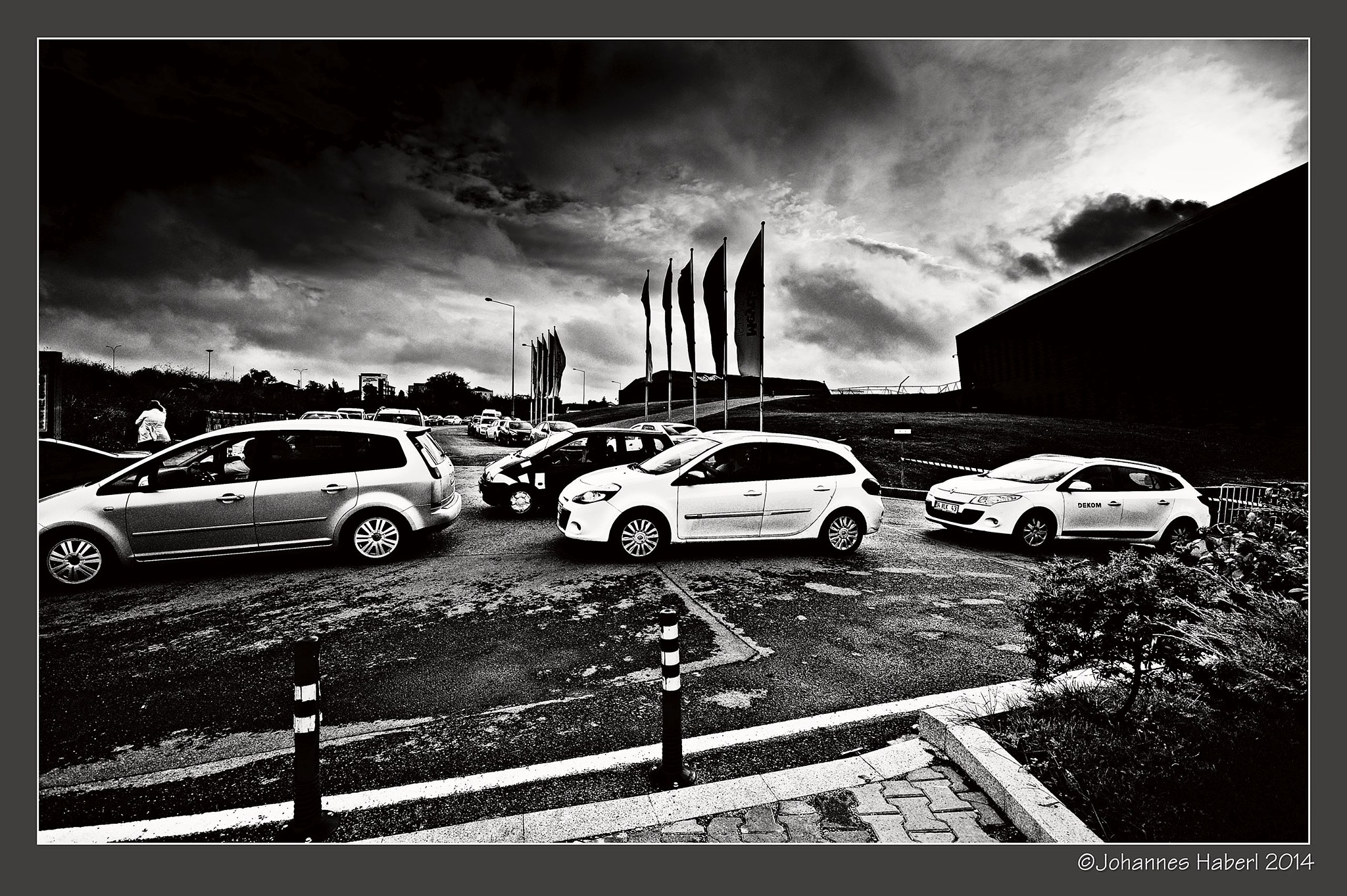welcome to the shopping area ... / Istanbul) / B& W by Johannes Haberl