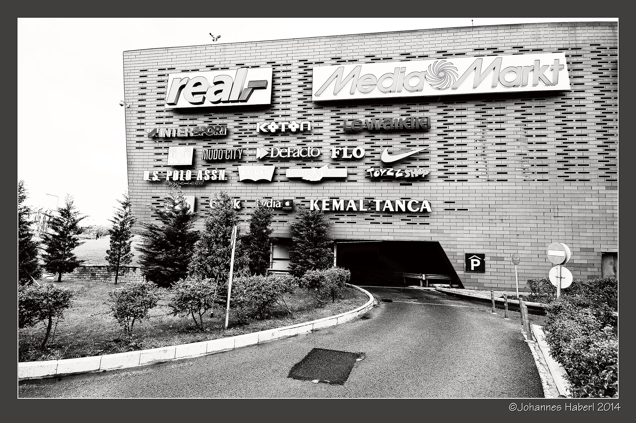 real (welcome to the shopping area ... / Istanbul) / B& W by Johannes Haberl