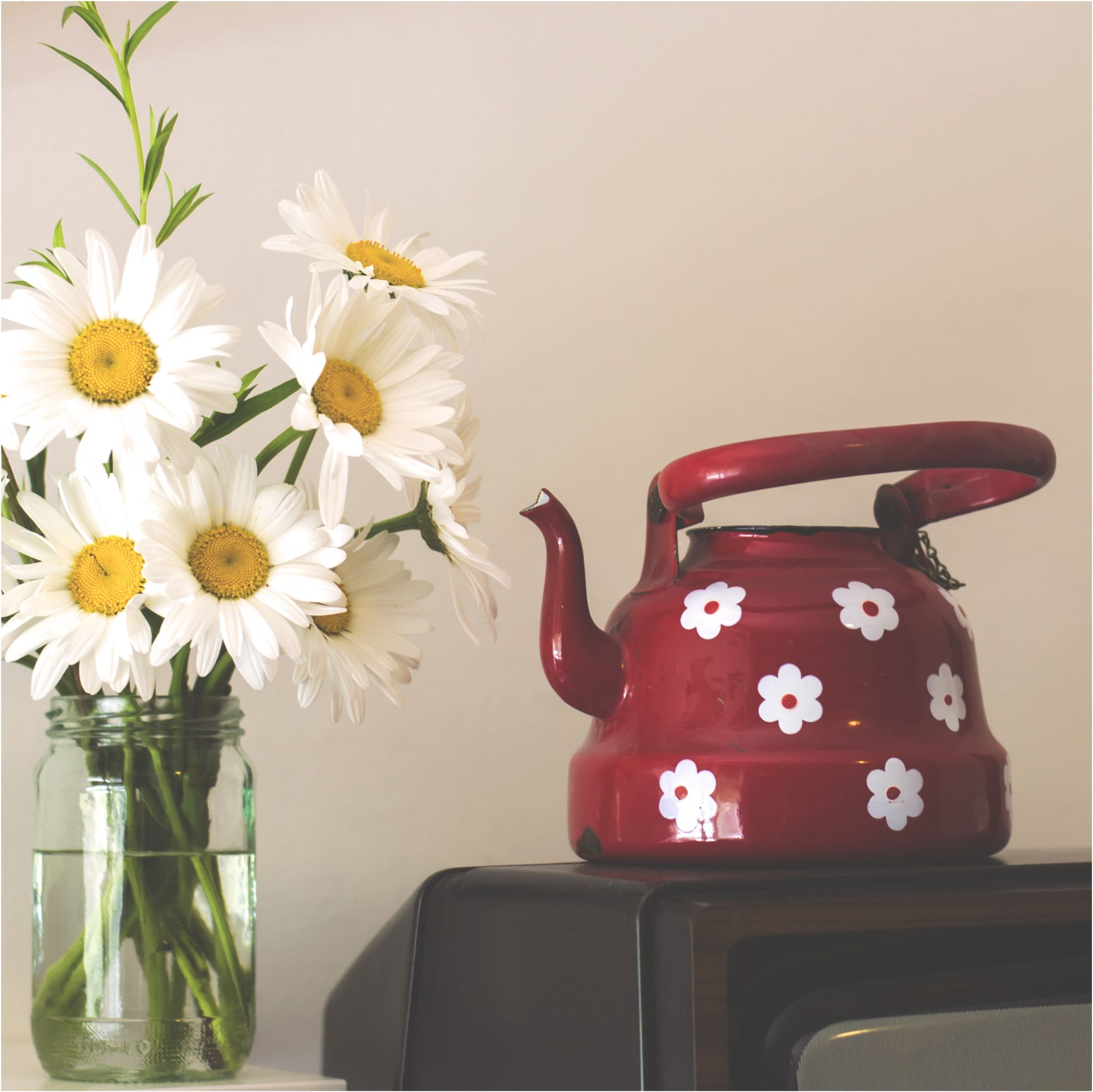 Teapot and flowers by KatarinaRadjenovic