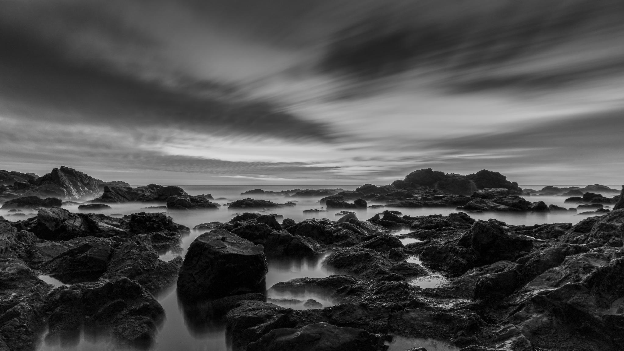 Rocas en Playa Torpederas B&N by Michel Droguett C