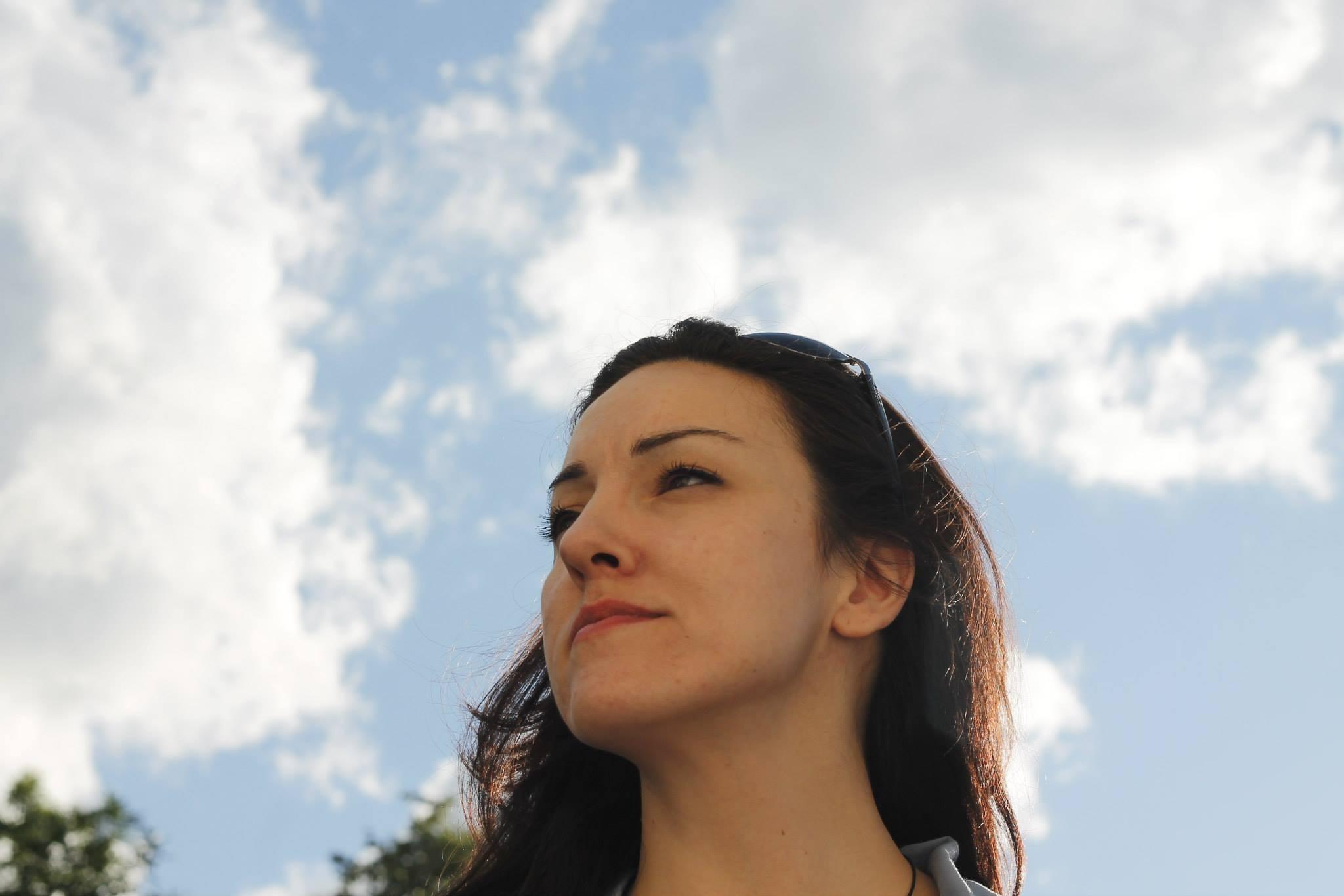A face, a sky by Daron