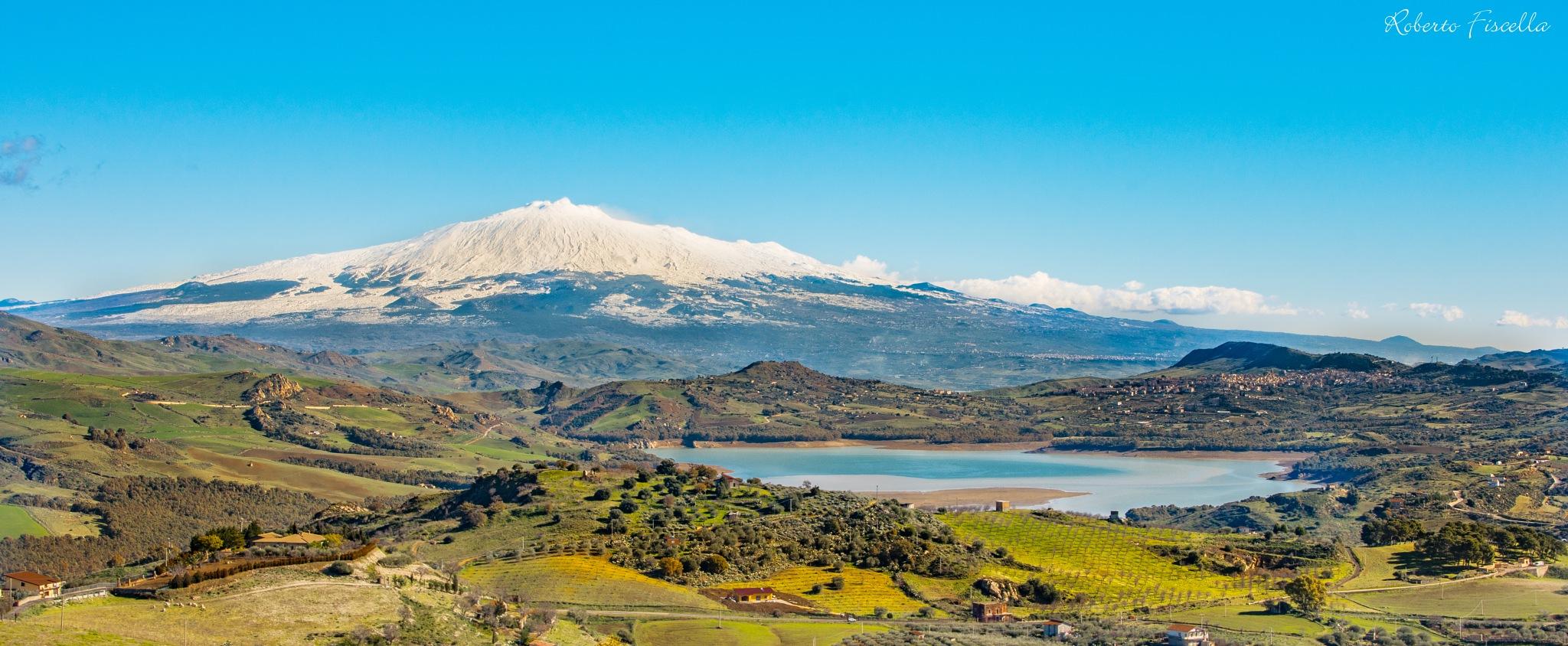 L'Etna vanitosa si specchia sul lago Pozzillo by Roberto Fiscella