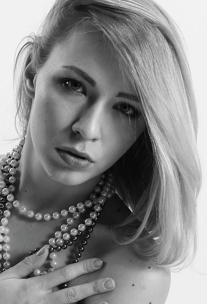 Alina black&white by Lightspear