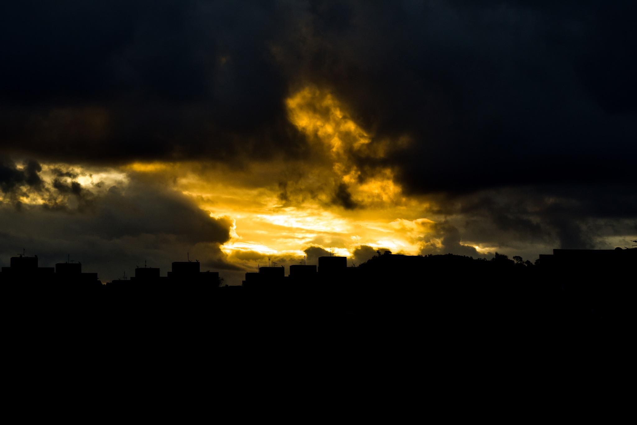 Nuvens ao Horizonte  by Leandro Moura