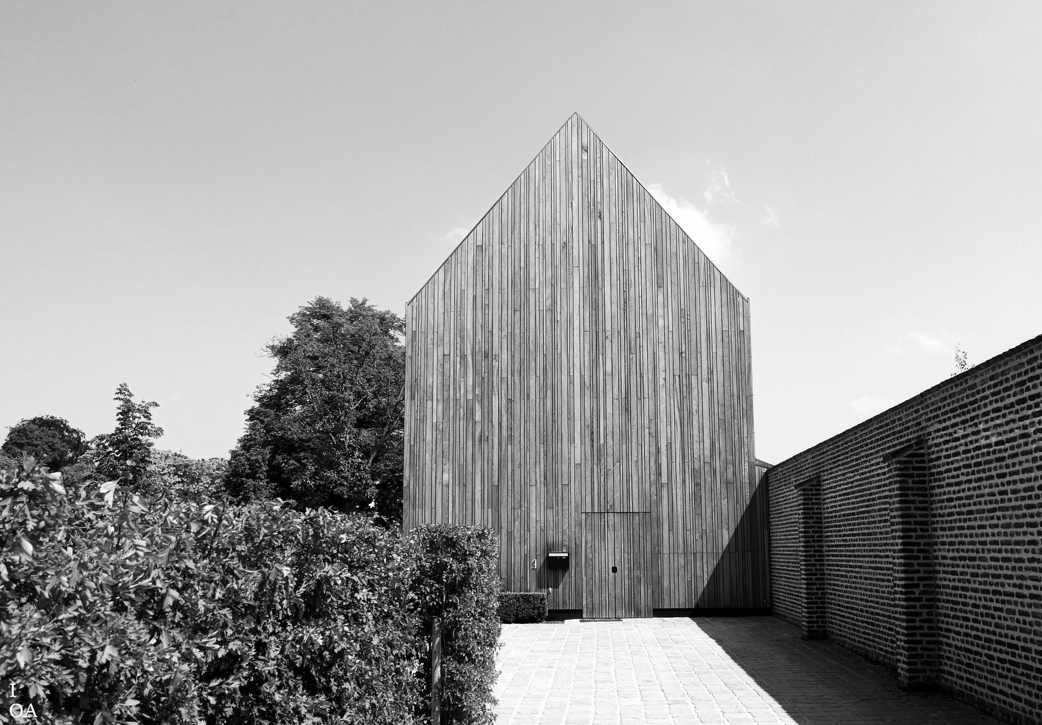 Building in B&W by imageofantwerp