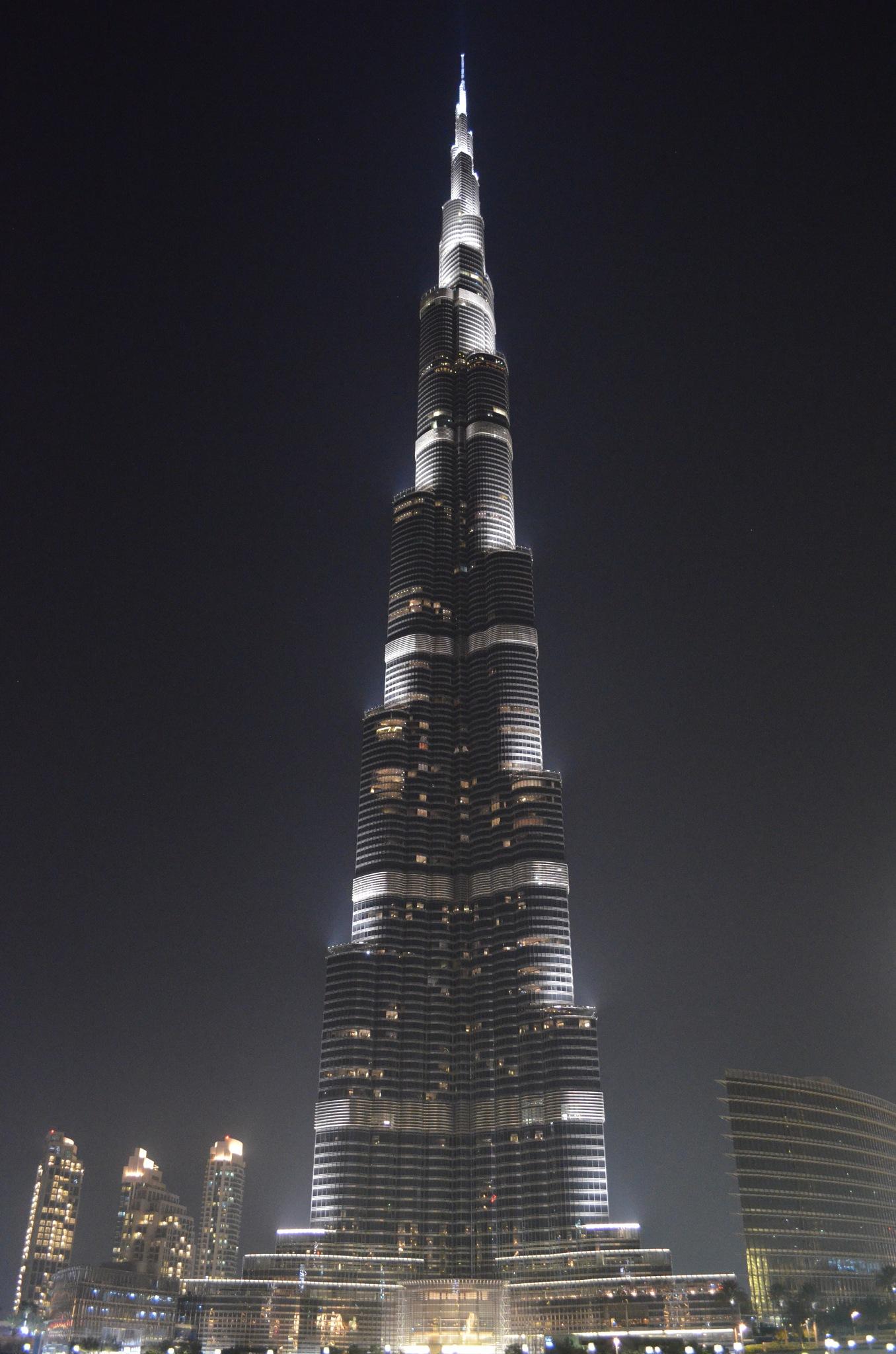 Burj Khalifa at night by NahyaraLacerda