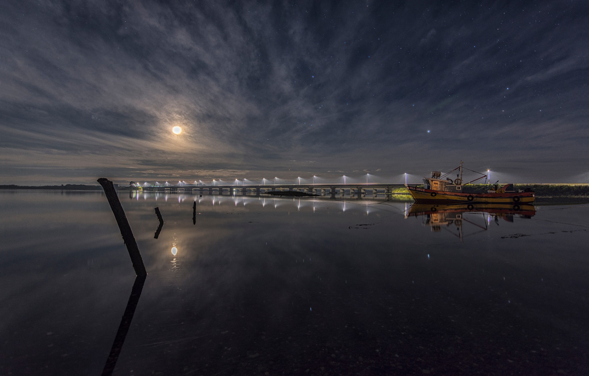 The fisherman boat and the moon by julioreyesb