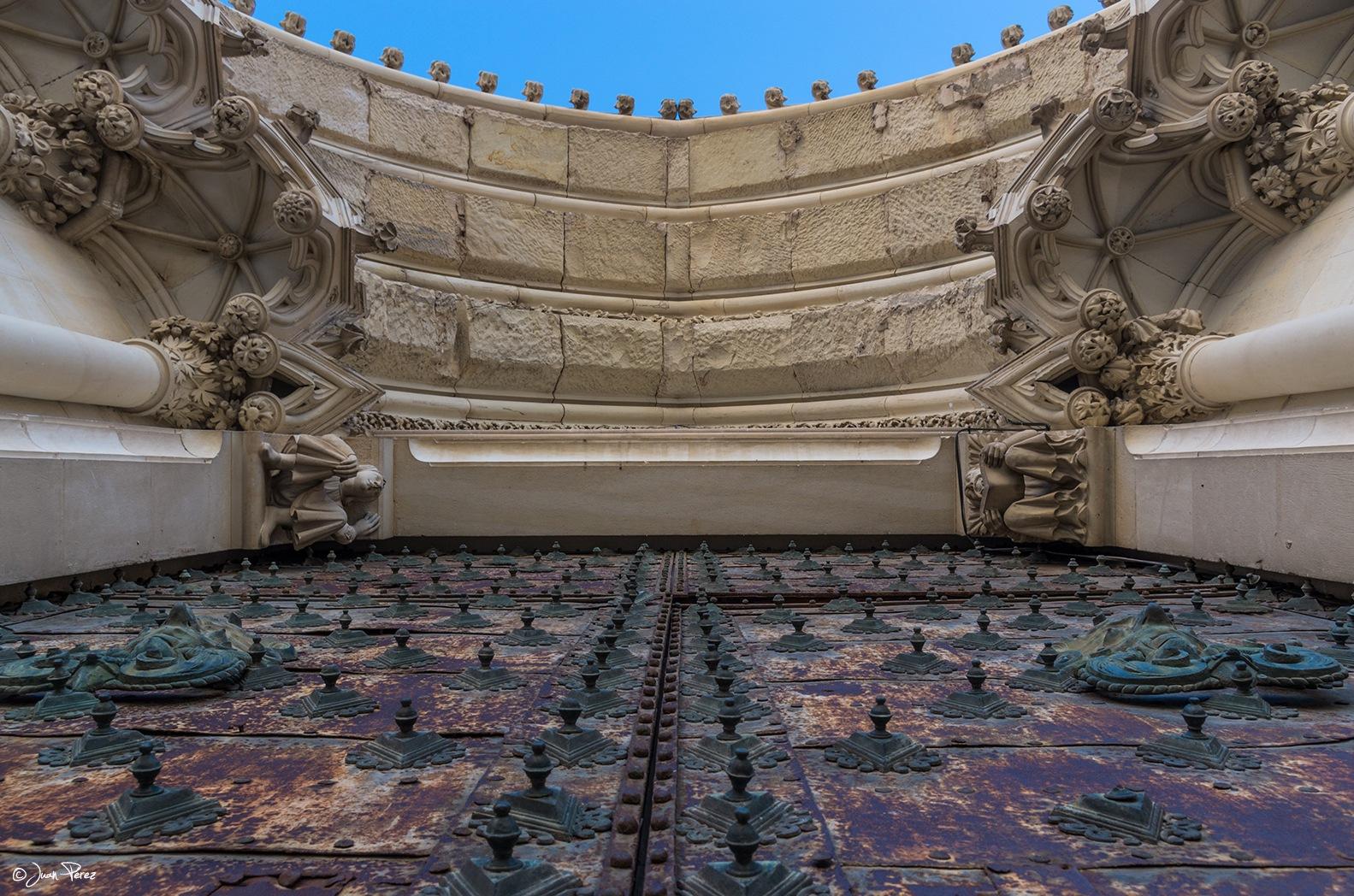 Puerta central de la Catedral de Cuenca. by JuanPerezPinilla