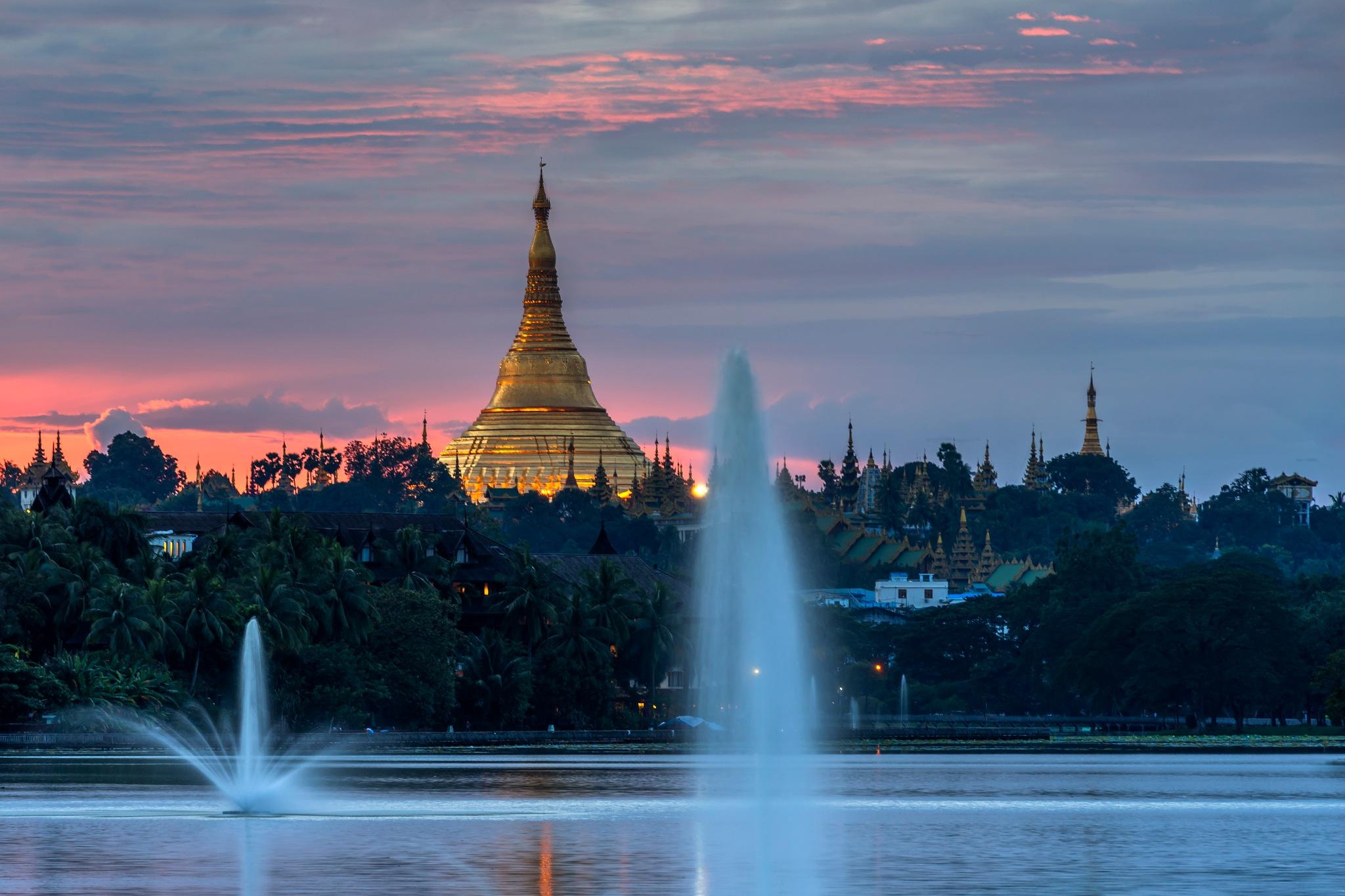 Shwedagon Pagoda by Htet Aung