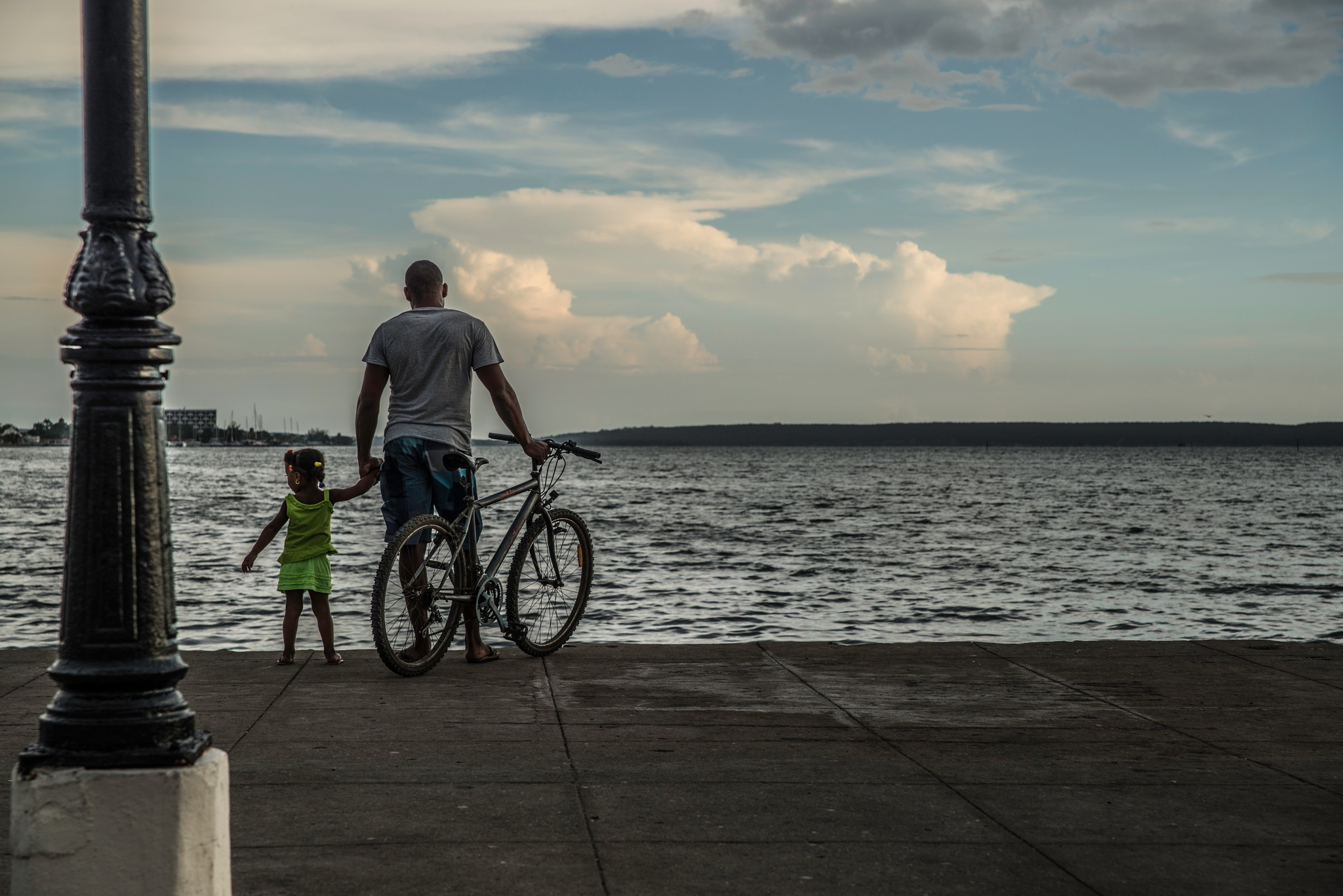 Father & Daughter at the sea by Alessandro Longo