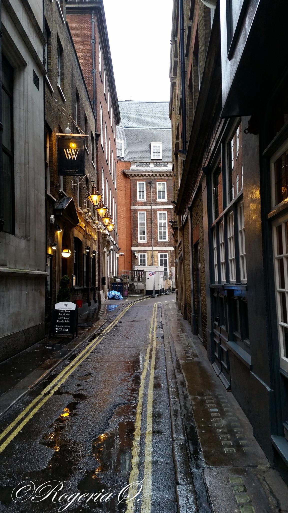 London alley by Rogeria Øksendal