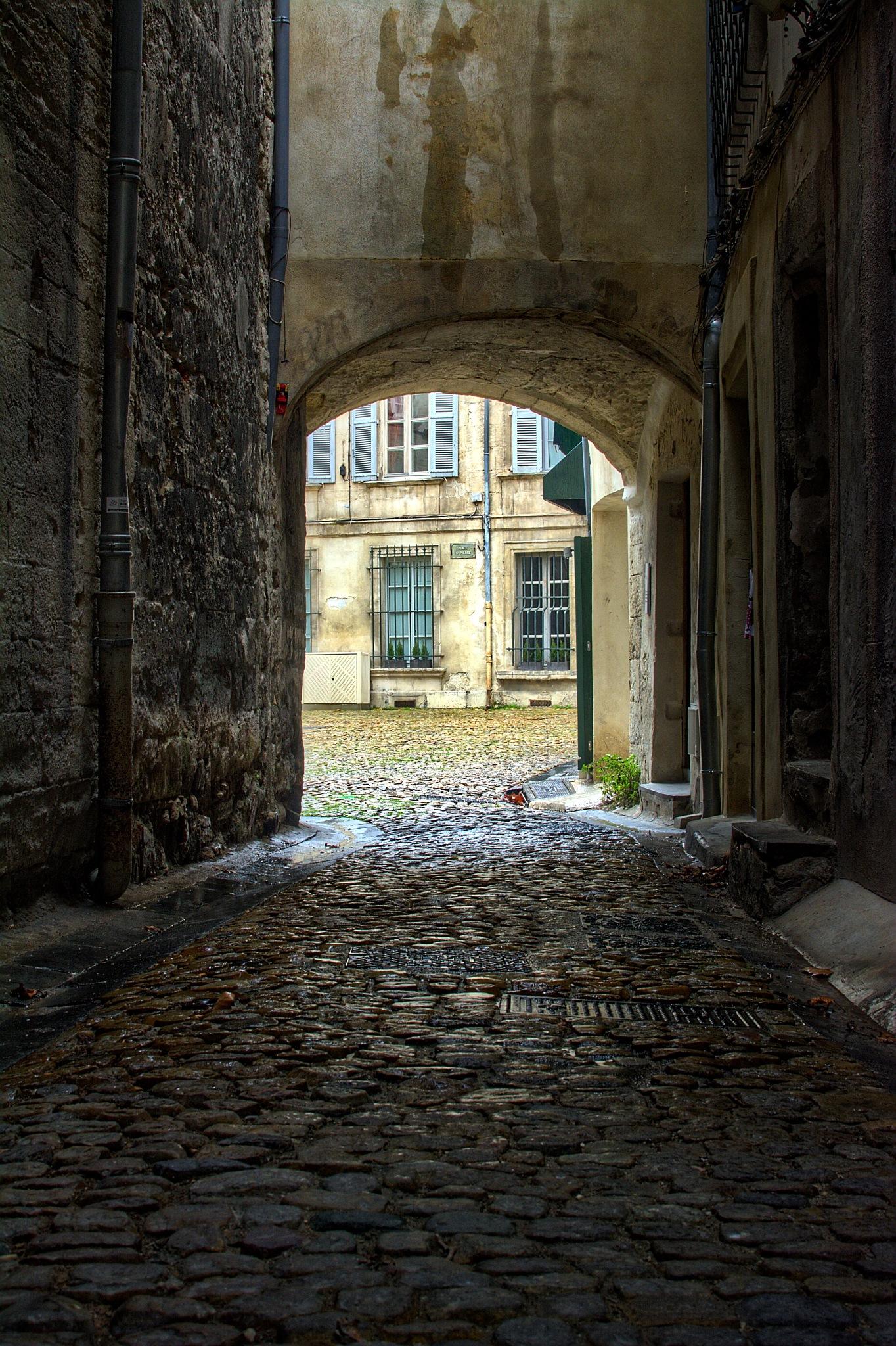 Sous le porche by Eric_Sicard