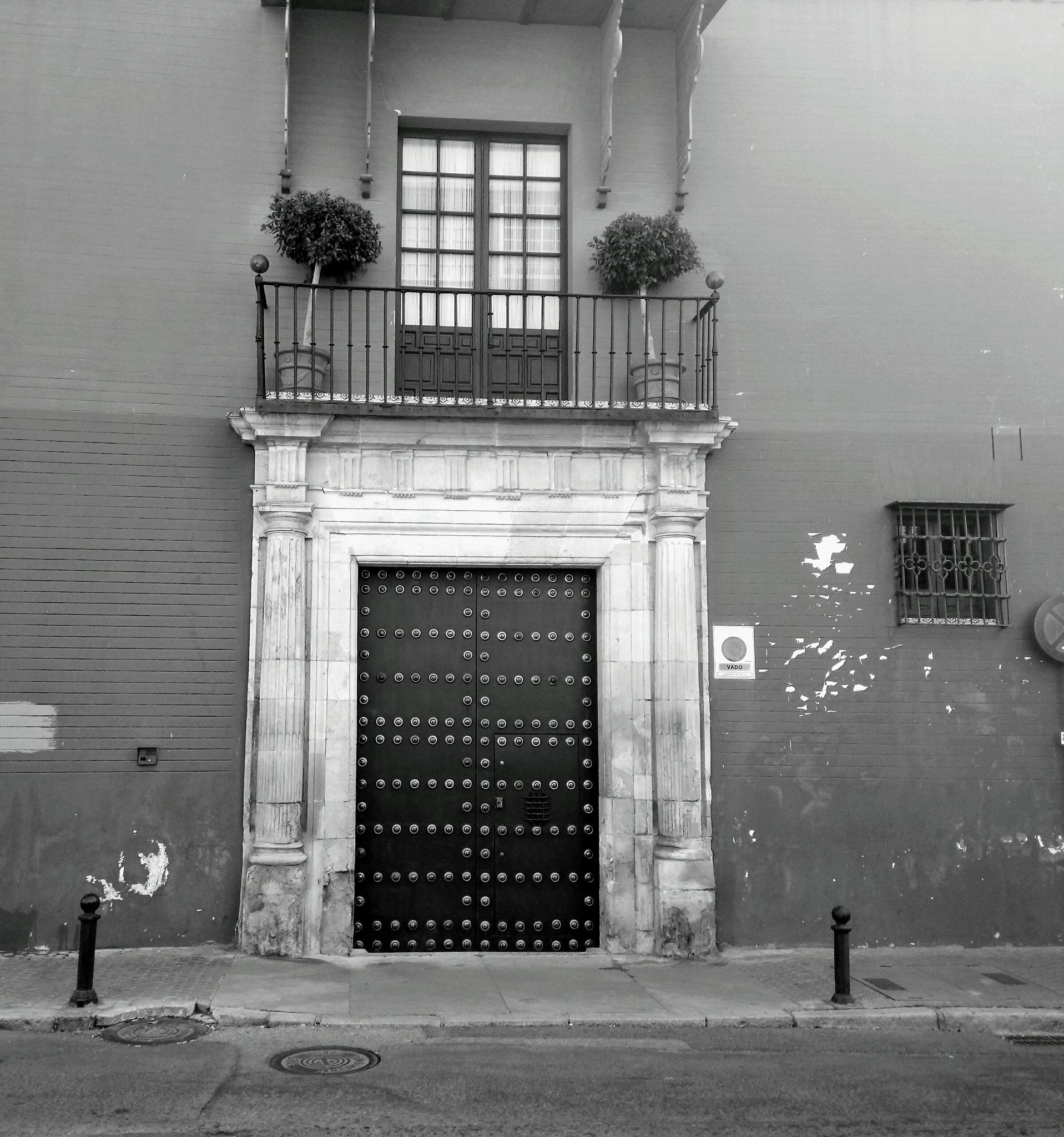 Antiguo edificio  by Pura
