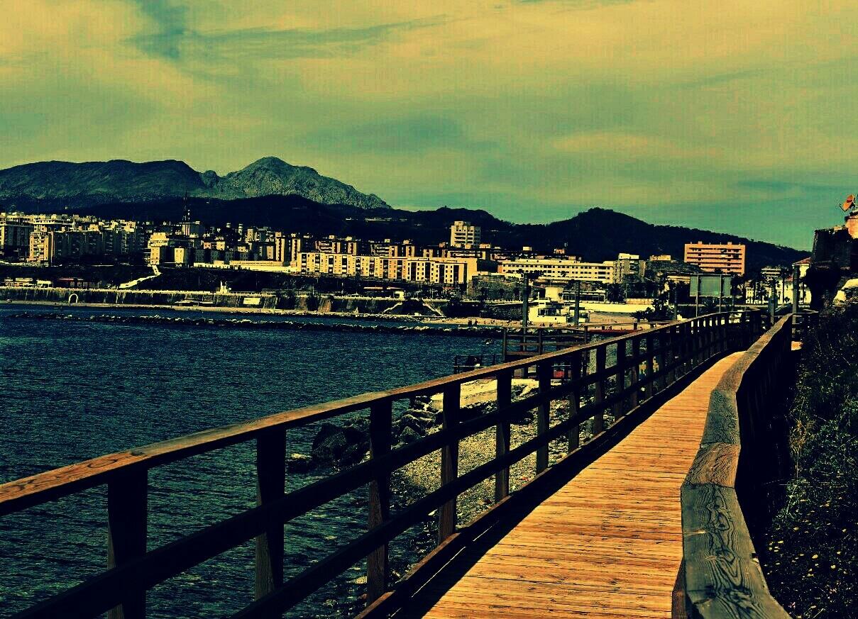 Paseando por el puente by Pura