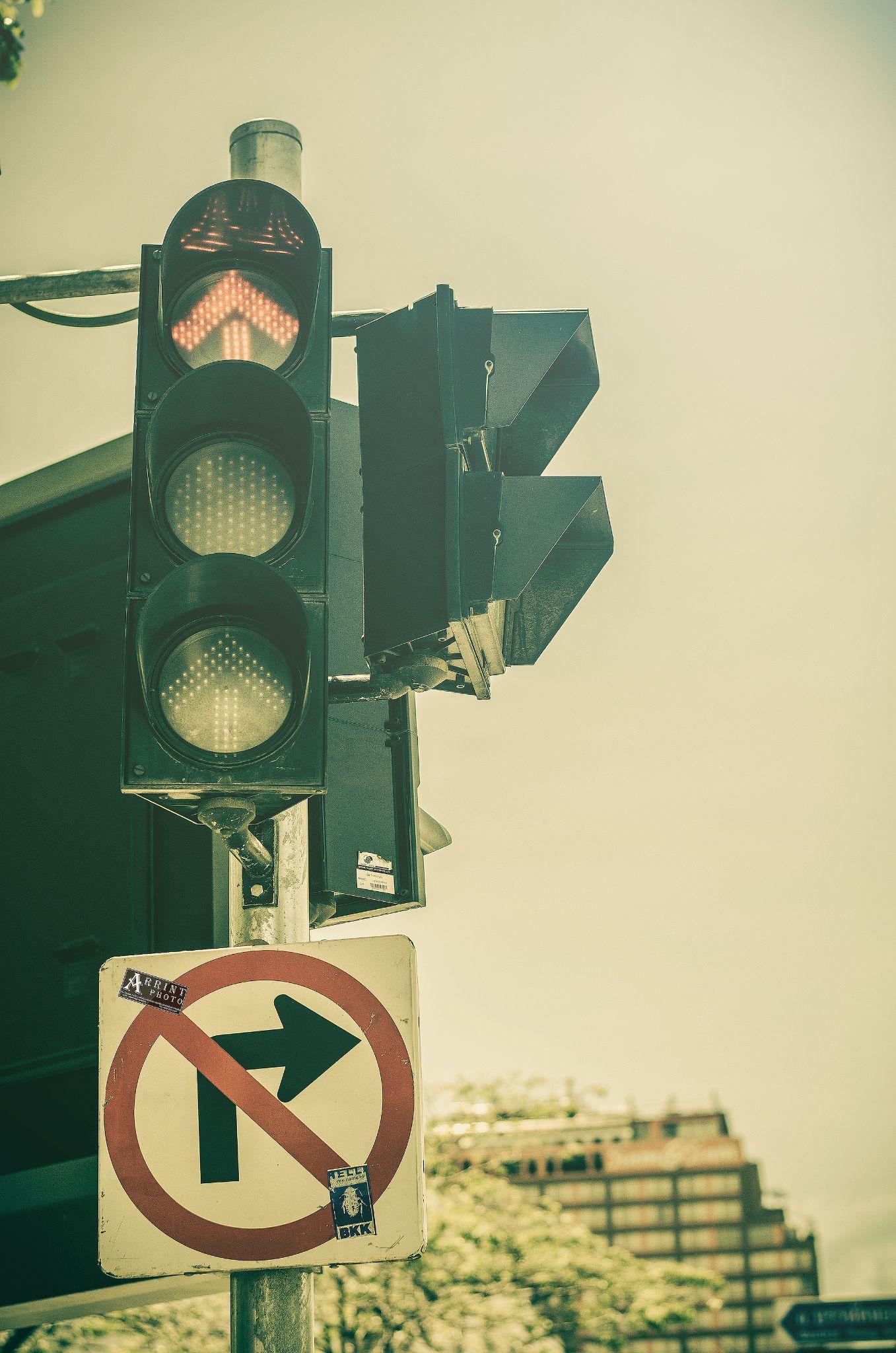 traffic signal by Baza Lichtbild