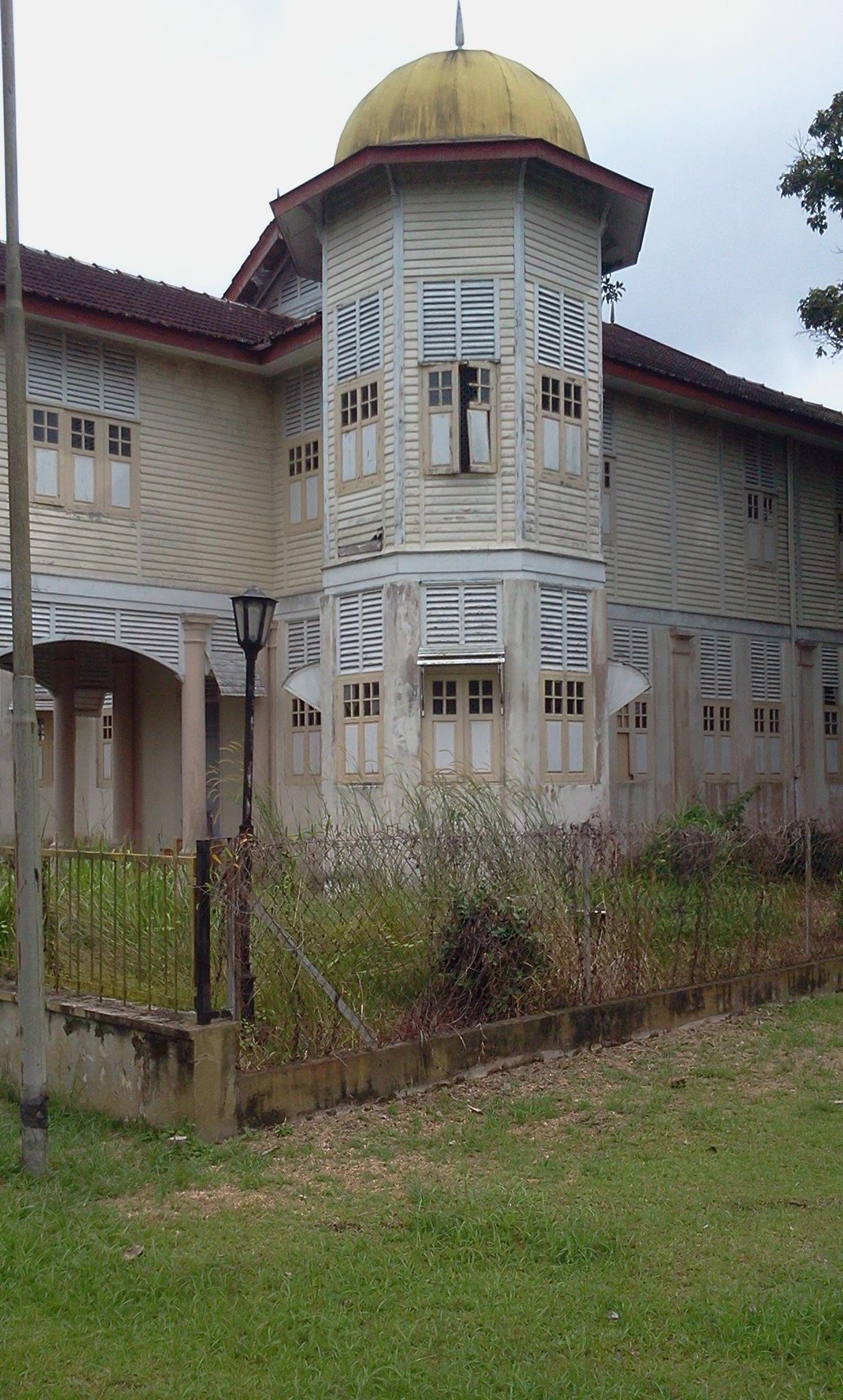 abandoned palace by Mimi Baizura Ariffin