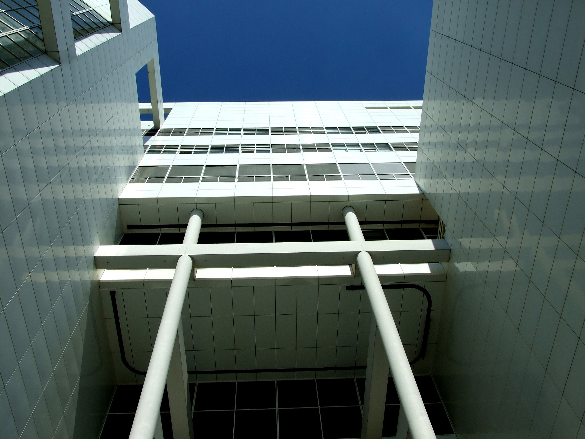 white building by henkhessel