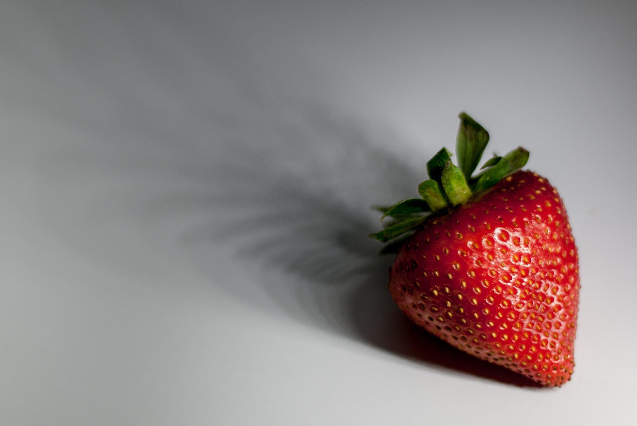 Che me ne faccio dell'altra metà della mela? A me piacciono le fragole. by La Sandra