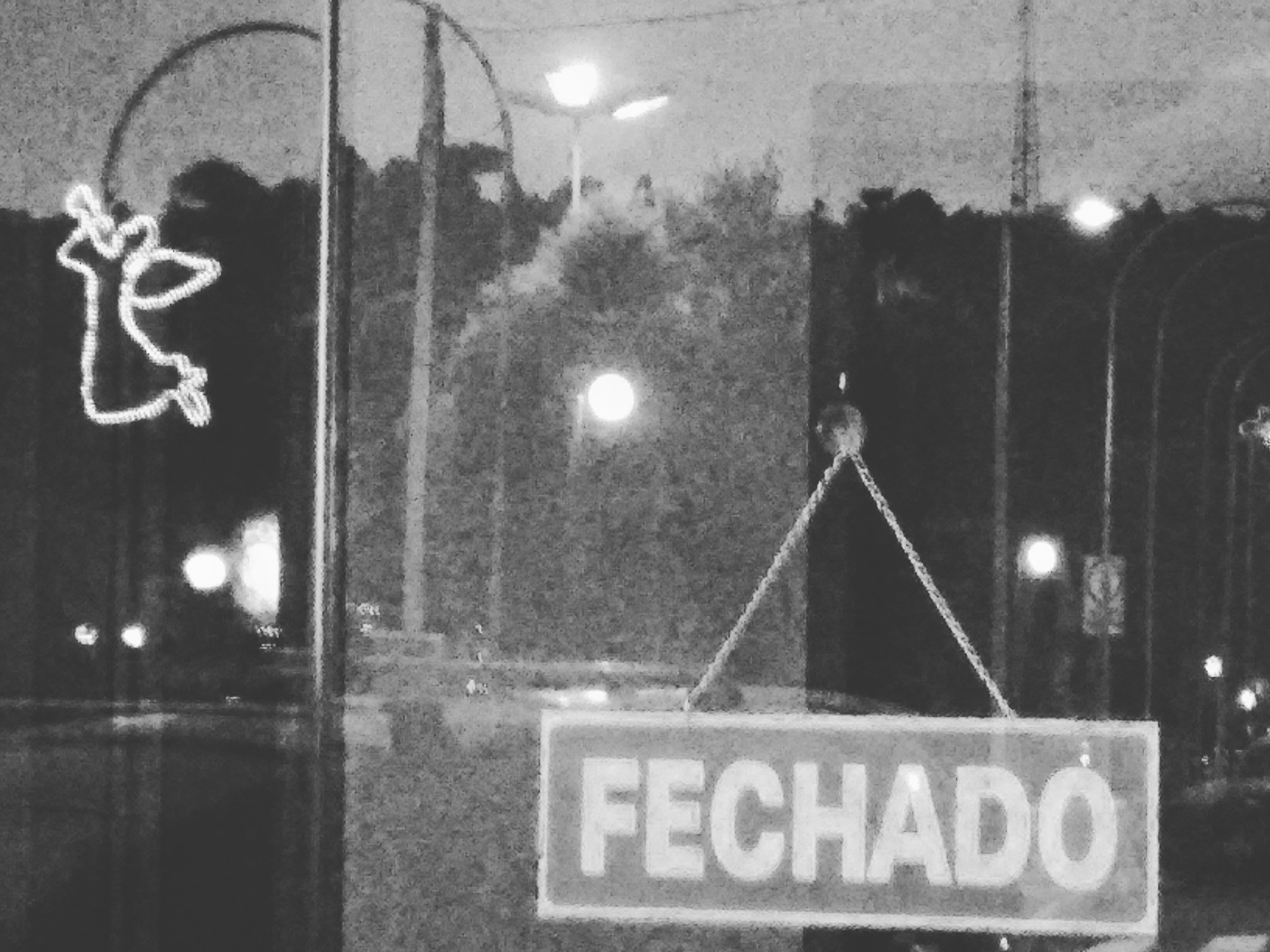 Fechado by Evelyn Postali