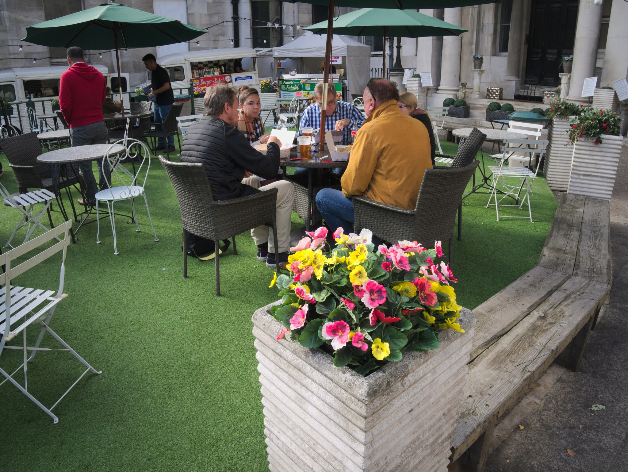 Outdoor dining, London by TonyG