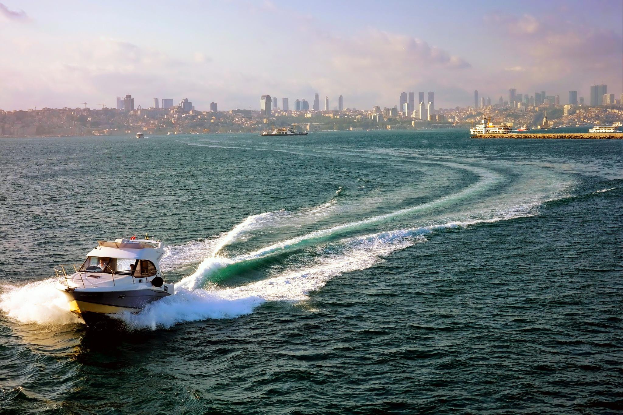 the speed boat by Muhsin Özcan