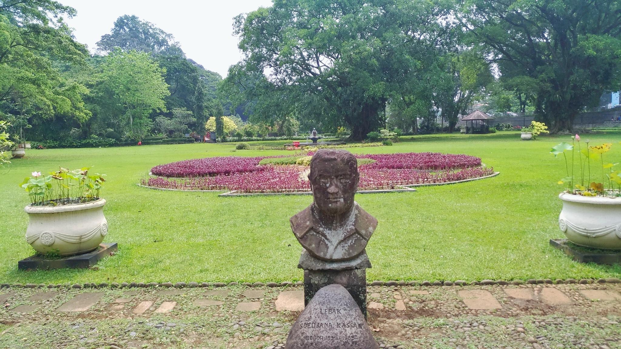Statue  by Bavner Donaldo