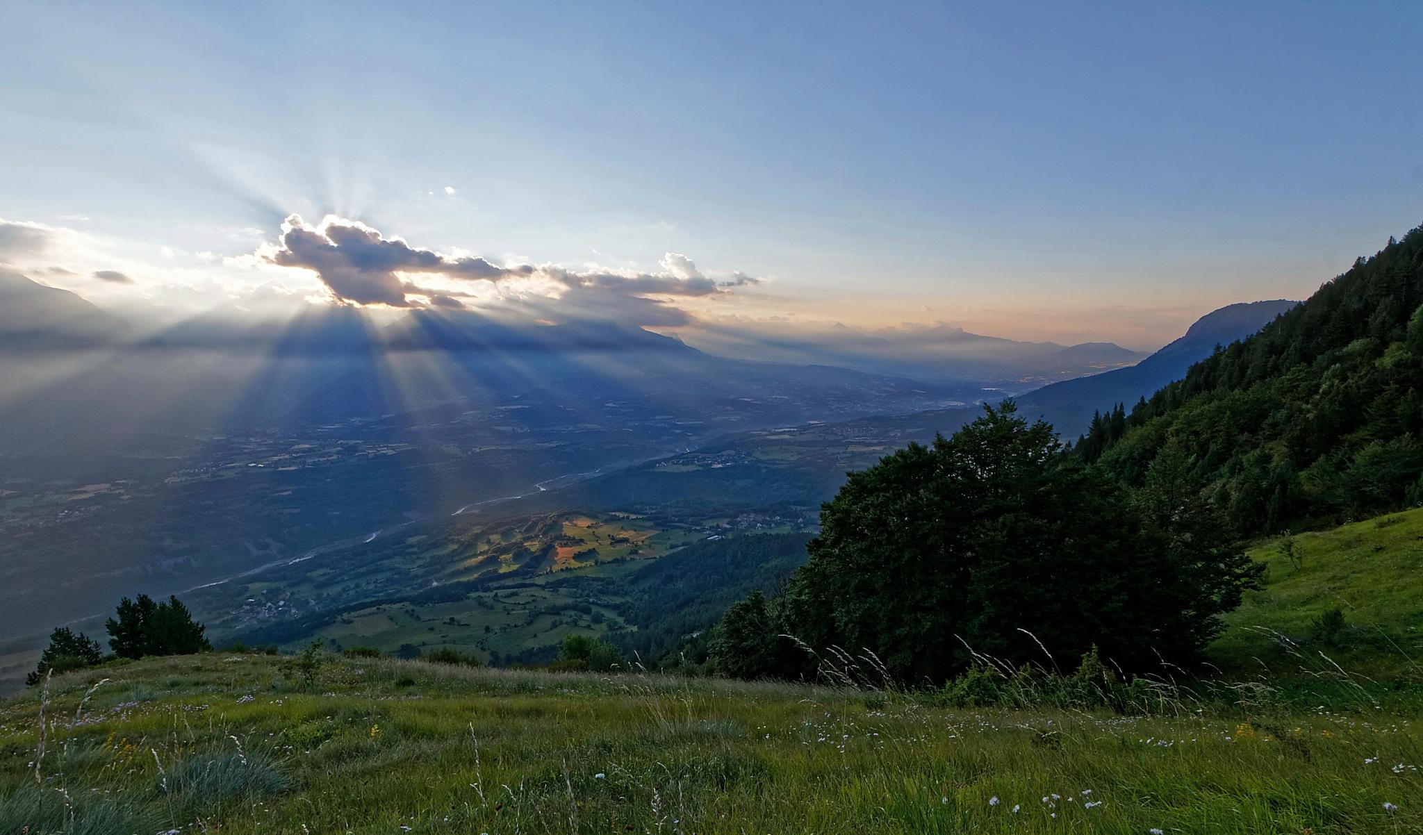 Lever du Soleil sur la vallée du Drac. by BernardSerge