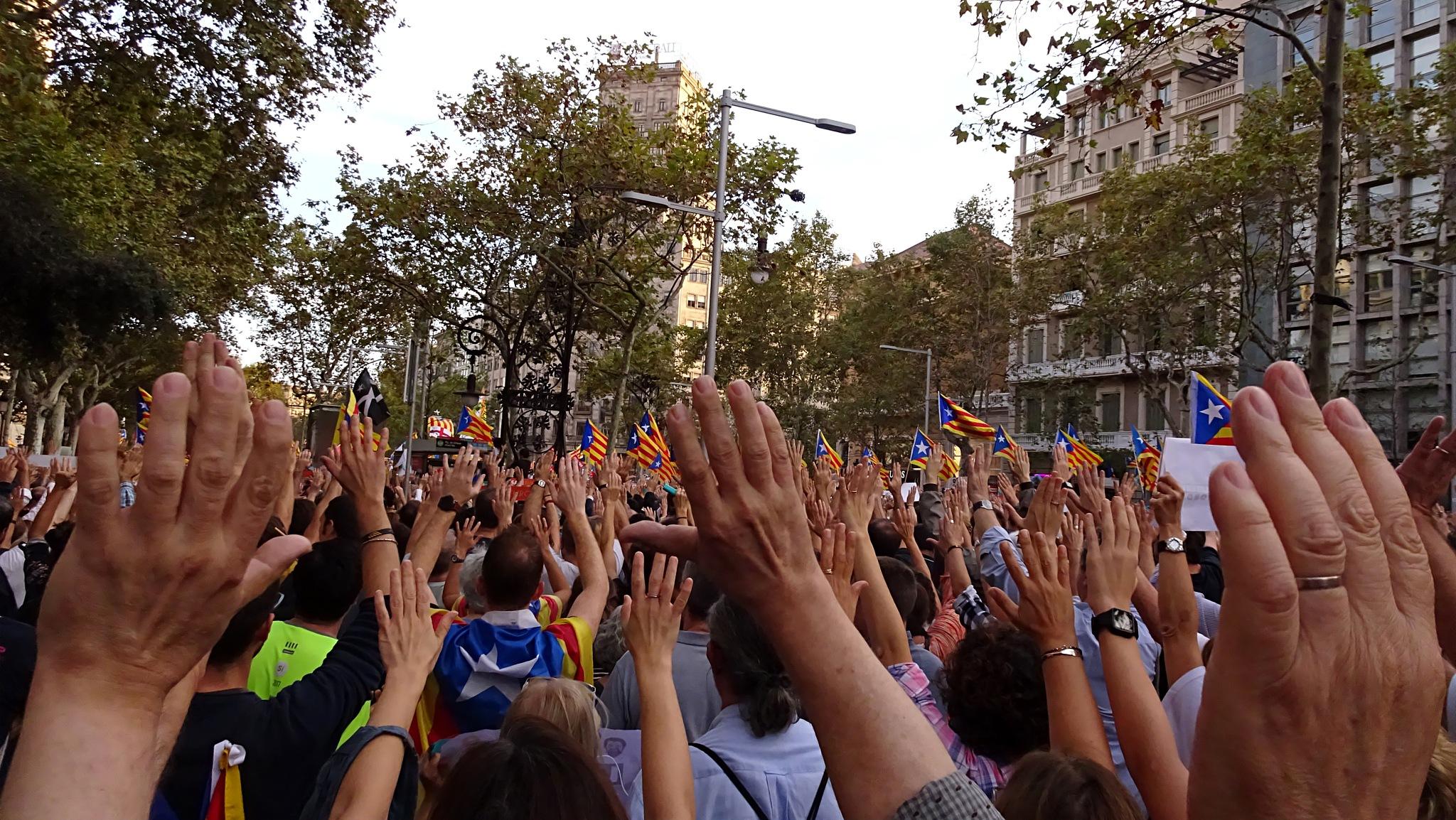 Mans enlaire / Hands up by Josep Vallès
