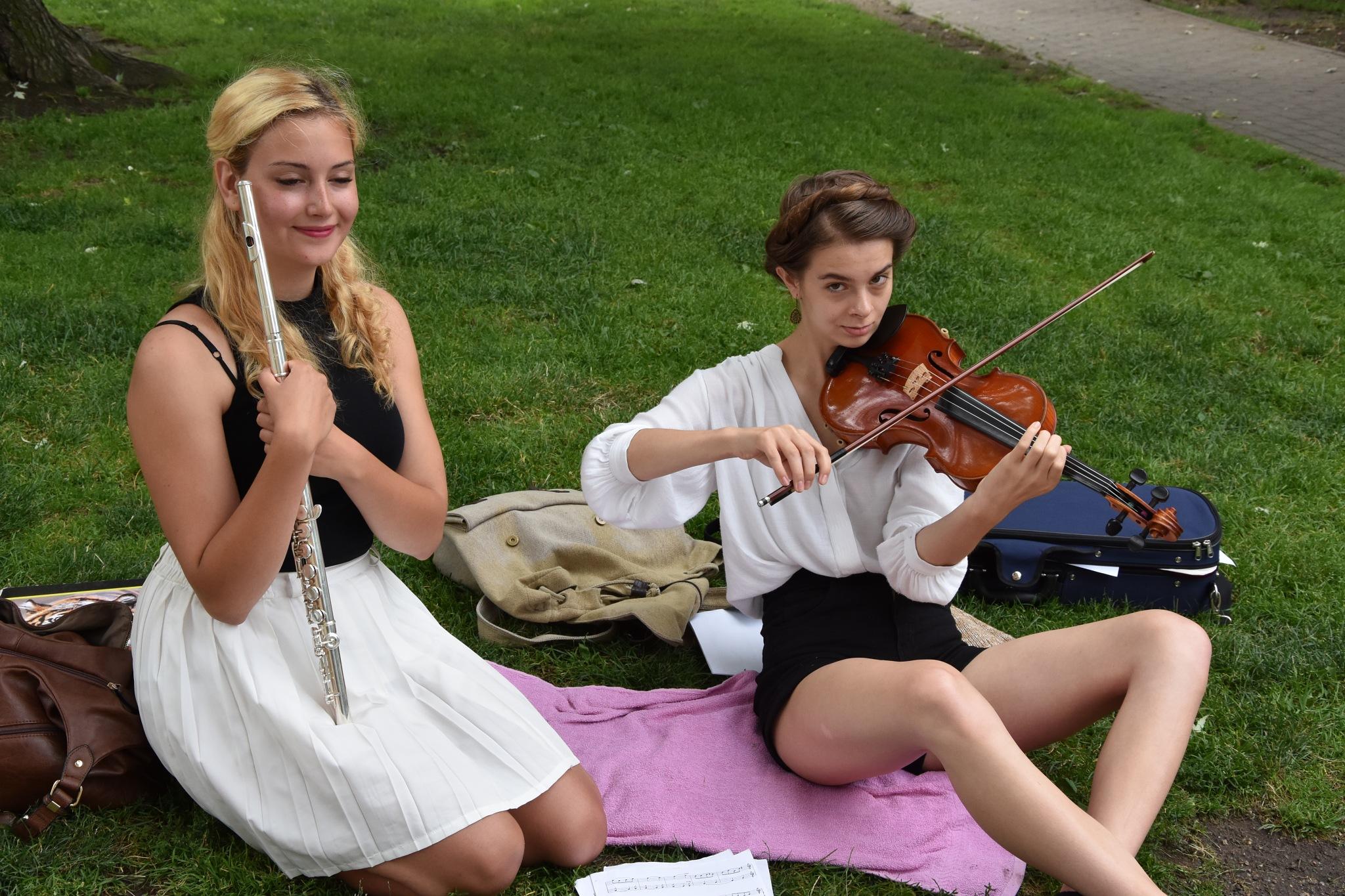 Prague Girls musicians violin & flute by og_IMX