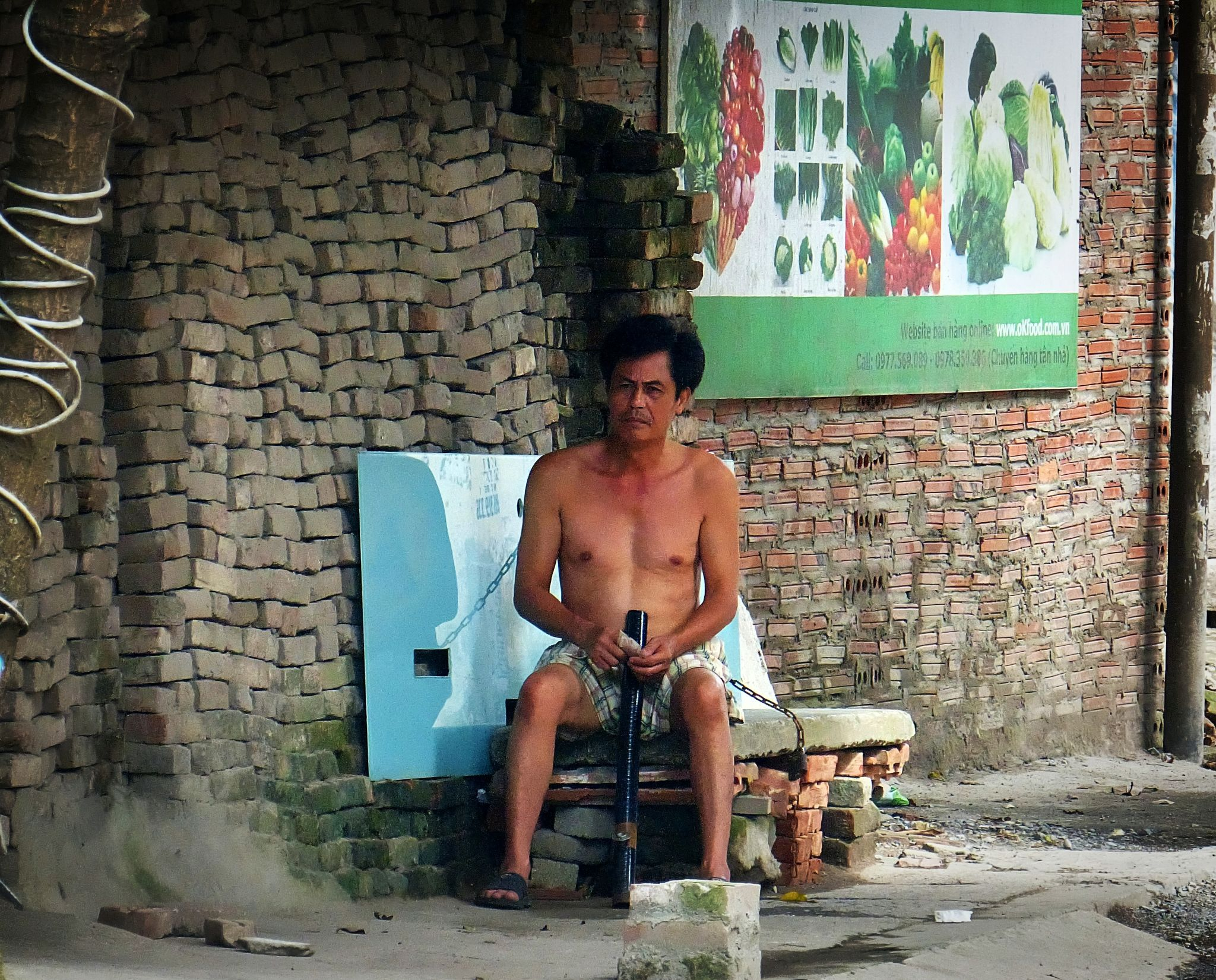 Hanoi  .  Water pipe smoker by marcosarli