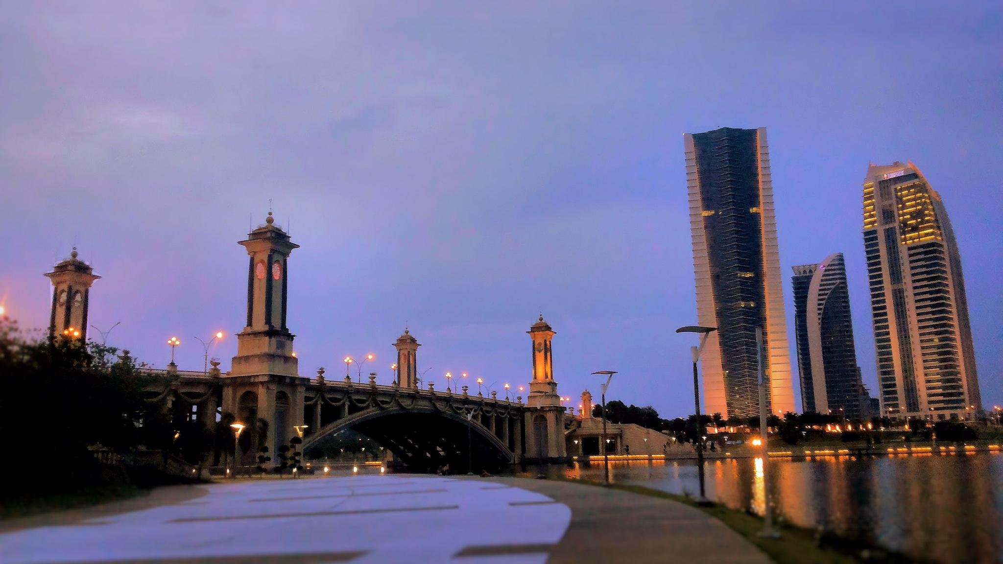 Seri Gemilang Bridge by Hanif Yusof