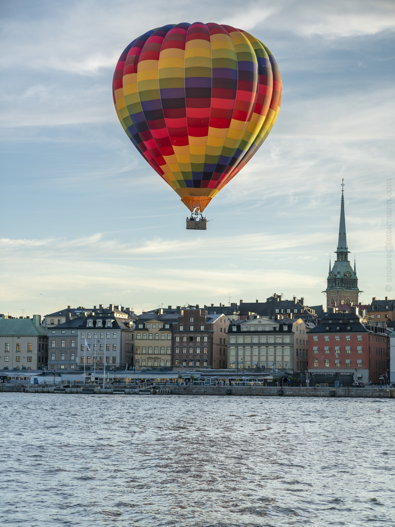 Balloon flying low over Stockholm City  by lattesweden